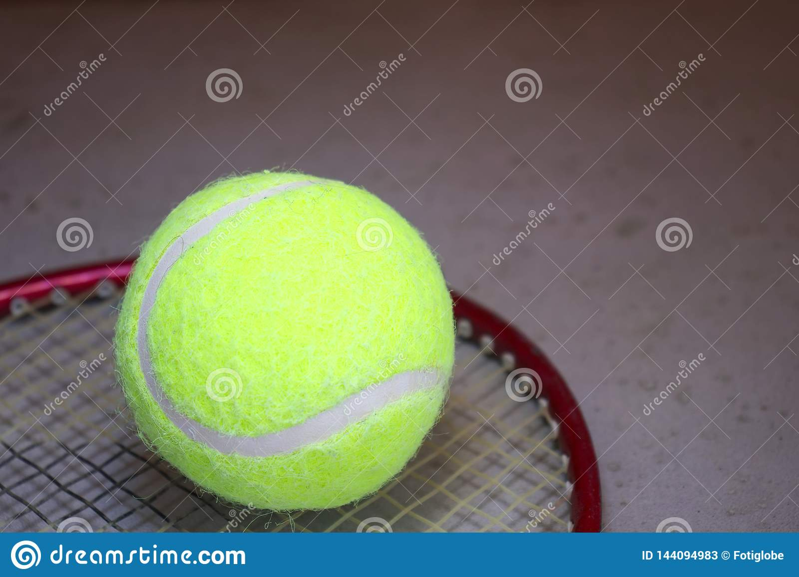 Bola de tênis na raquete
