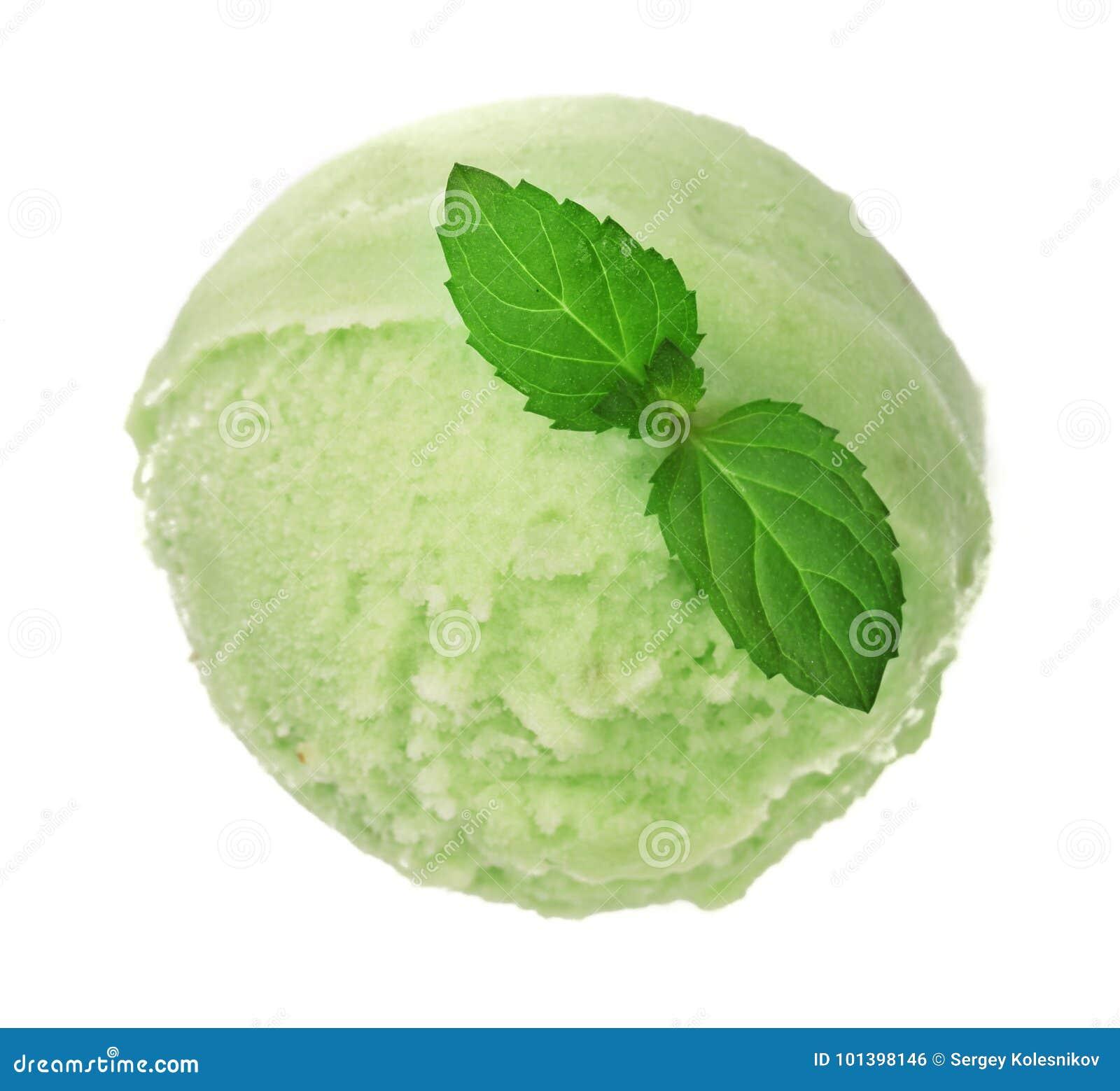 Bola del helado del té verde o del pistacho con una hoja de la menta aislada en el fondo blanco, visión superior