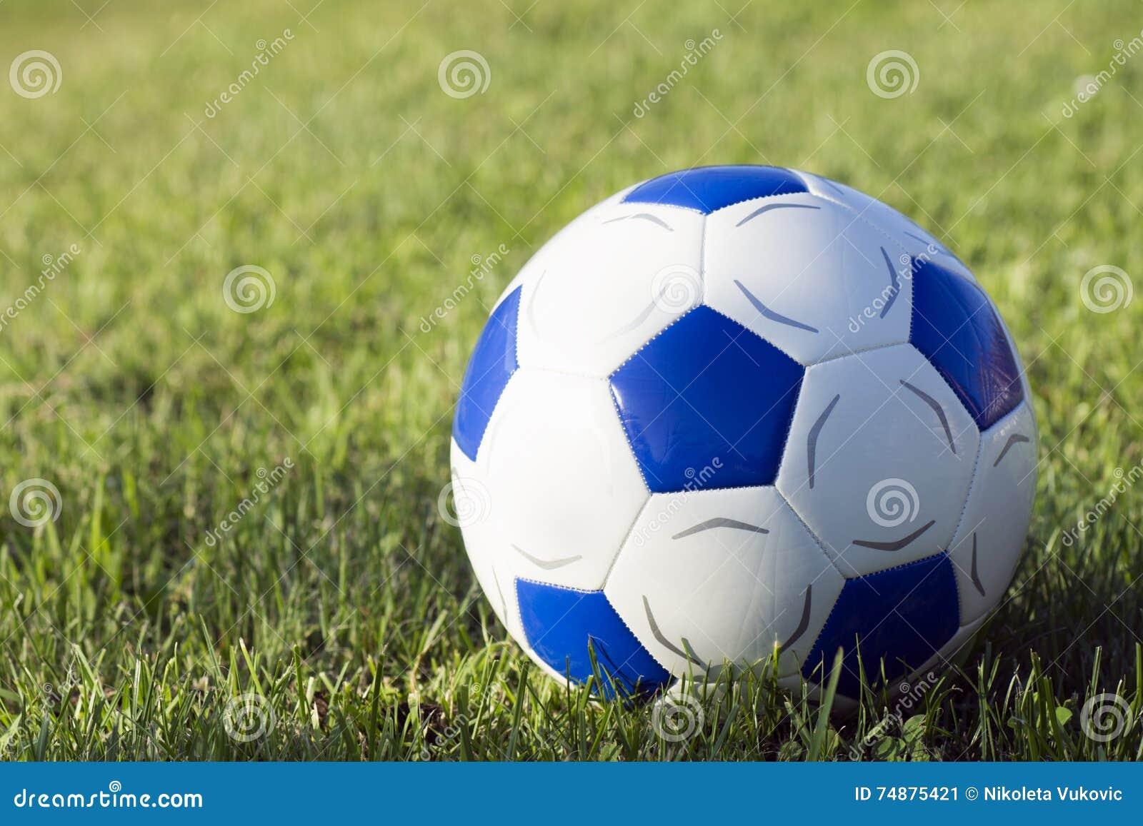 Bola do futebol na grama