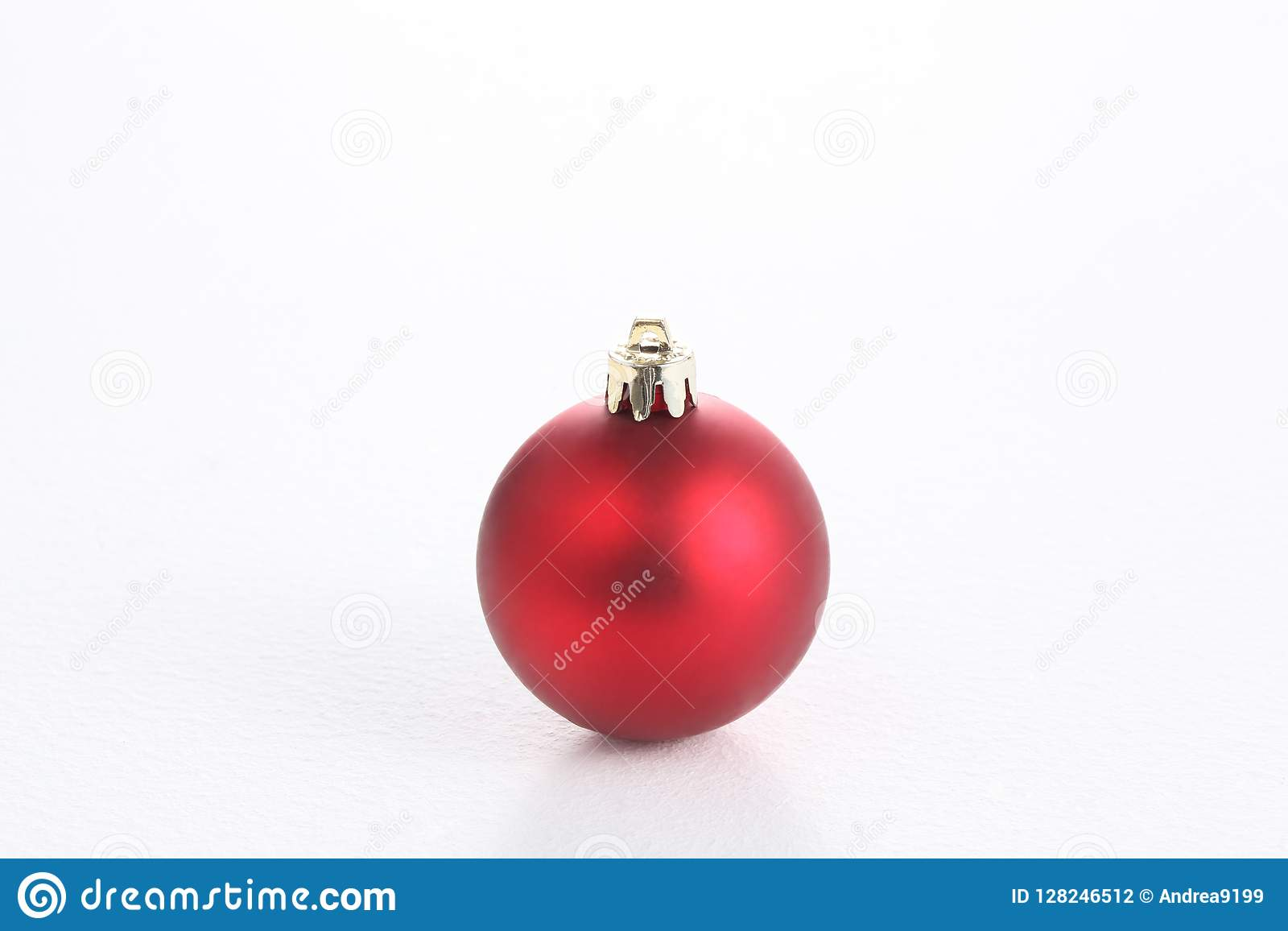 Bola do Natal isolada no fundo branco com espaço da cópia