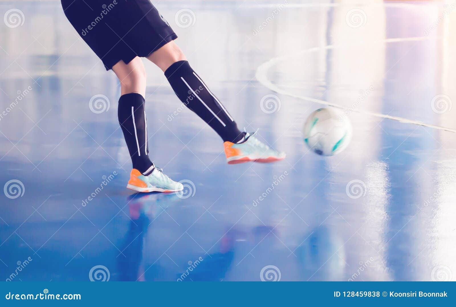 f194f1420d4f8 Bola Do Tiro Do Jogador De Futsal Ao Objetivo Foto de Stock - Imagem ...