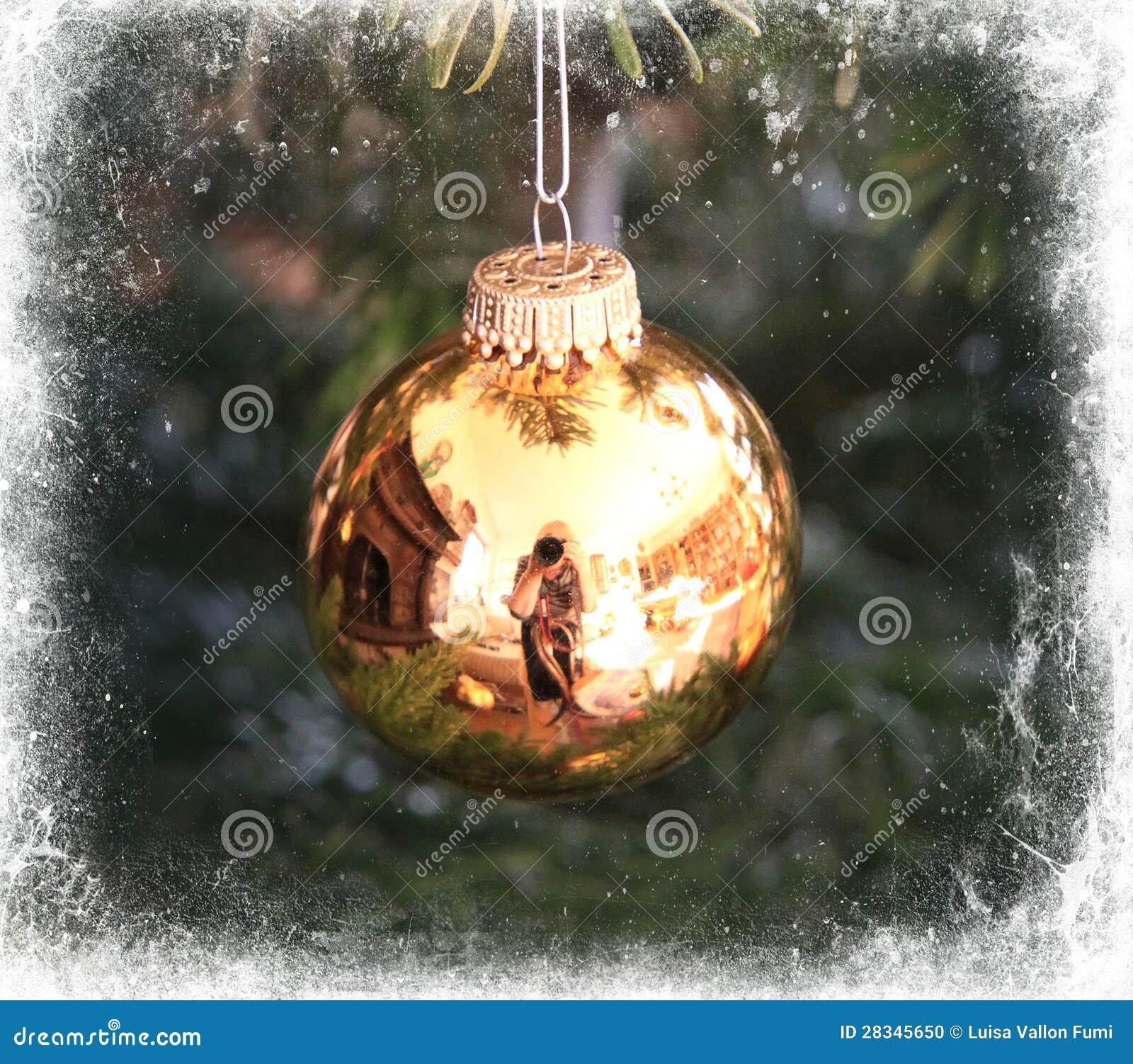 Bola dourada da árvore de Natal quadro no branco