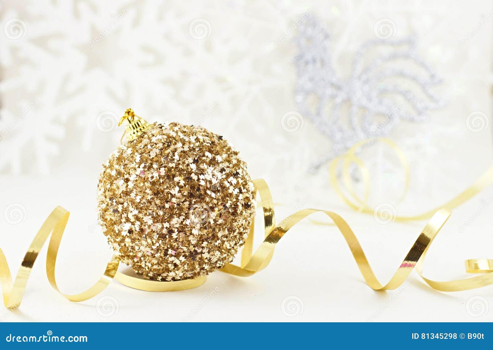 Bola dourada do Xmas com galo