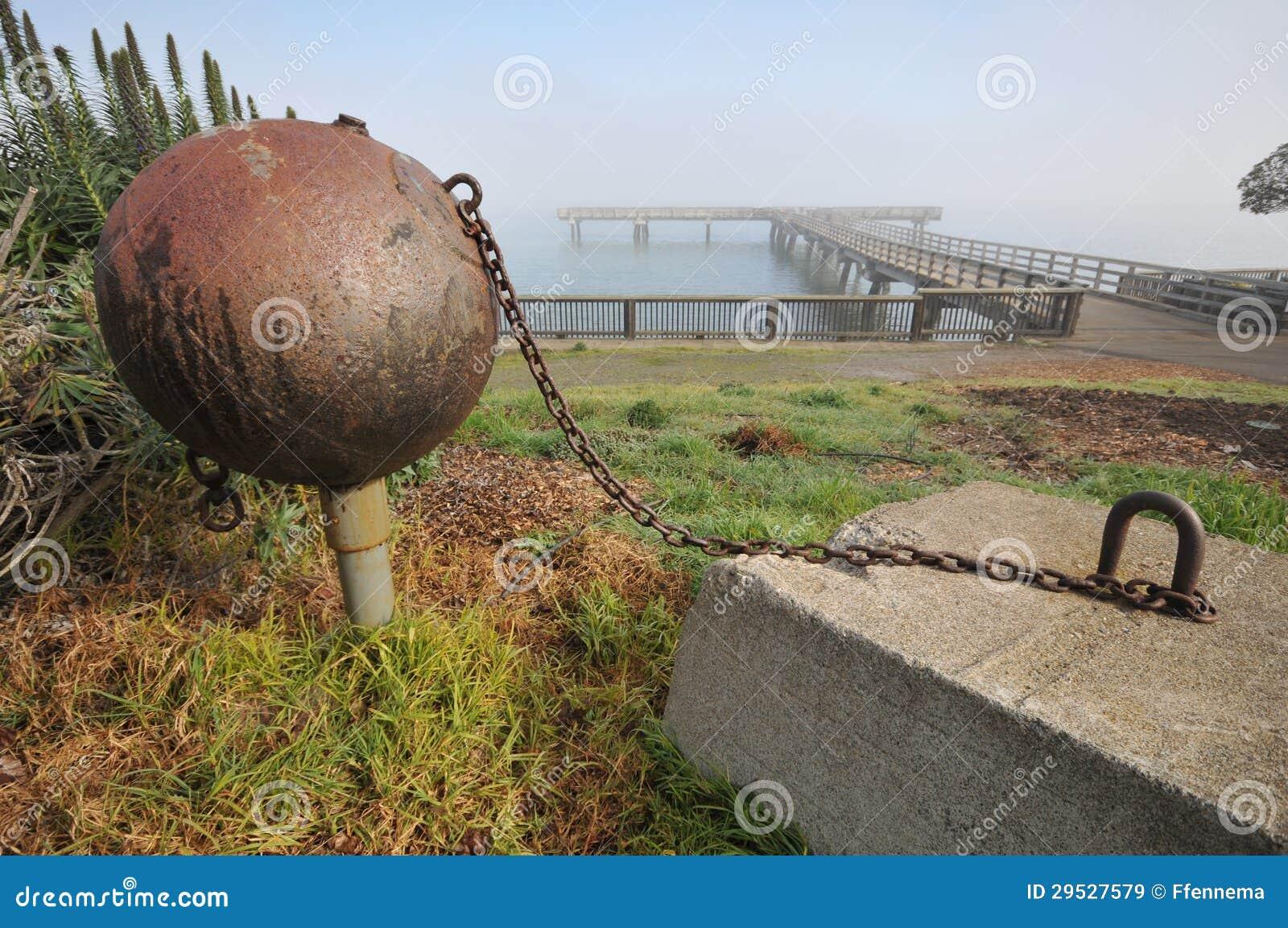 Bola e corrente anexadas ao bloco de cimento