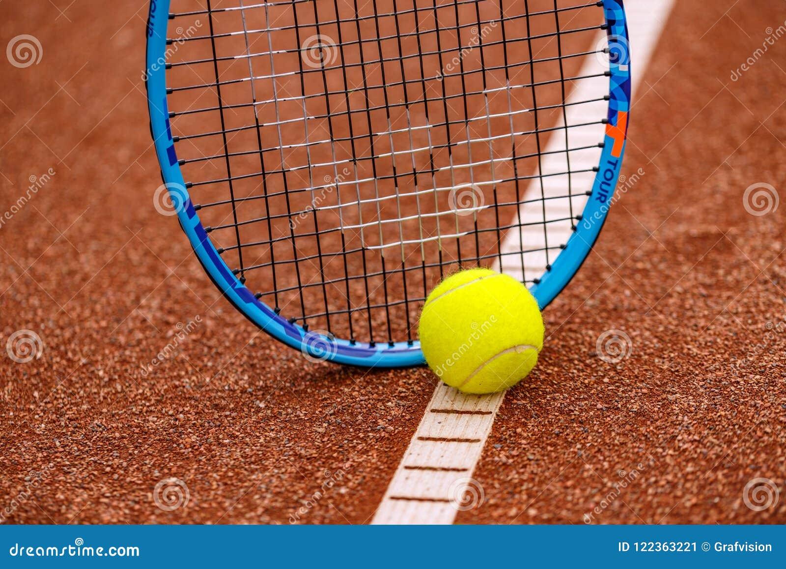 Bola e raquete de tênis