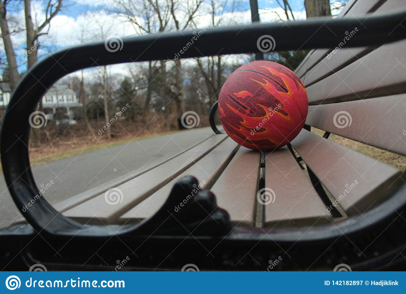 Bola para o basquetebol em um banco de parque
