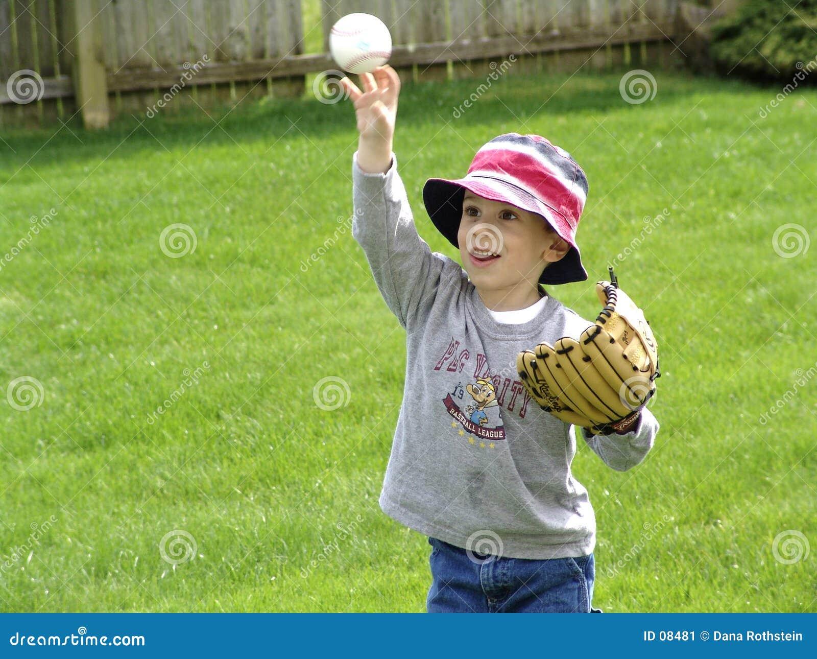 Bola que lanza del niño