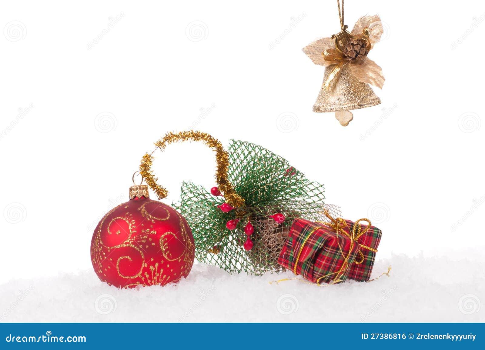 Bola roja de la navidad con nieve imagen de archivo libre - Bola nieve navidad ...