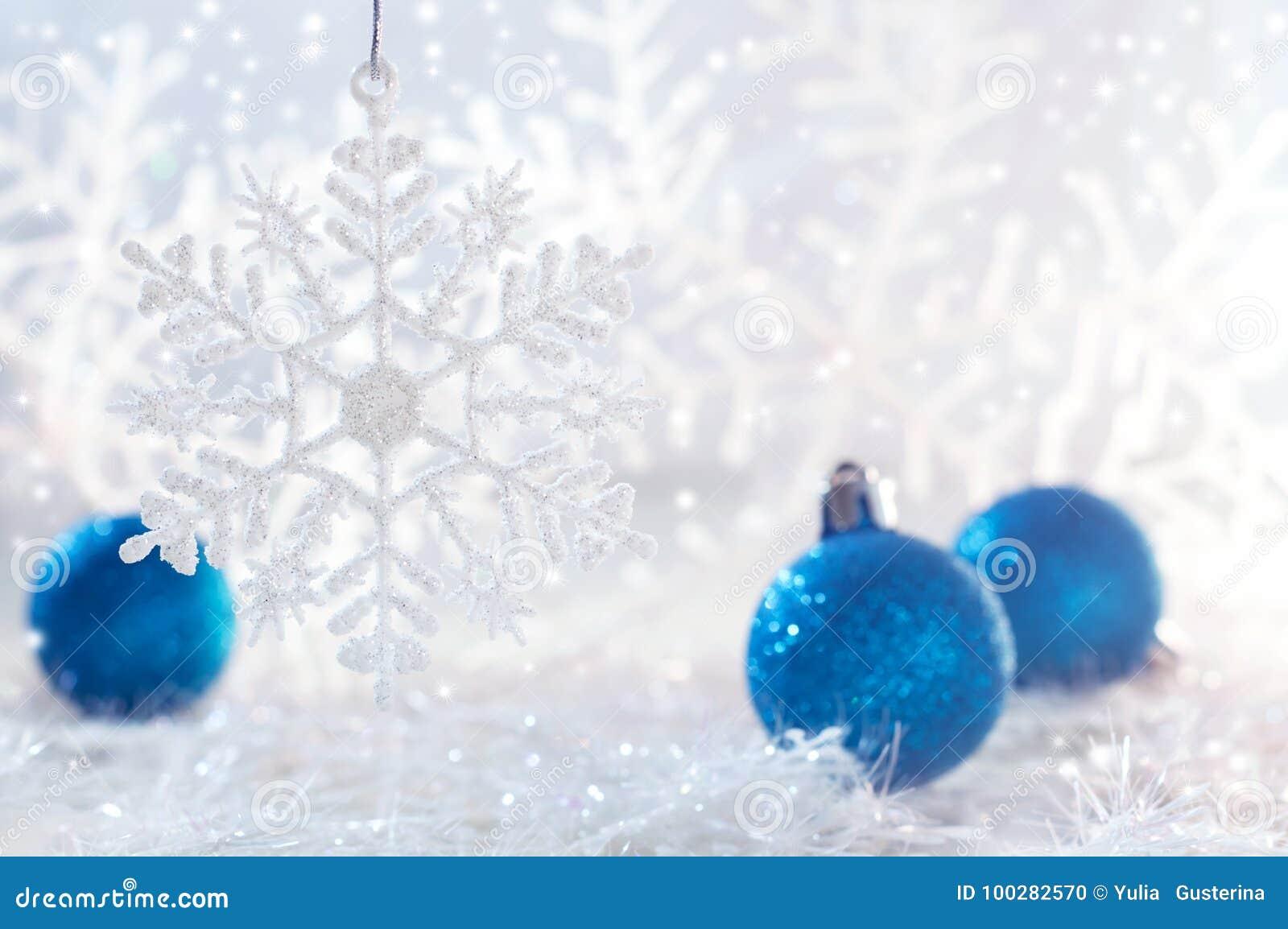 Bolas Azules De La Navidad En El Fondo Blanco Con Los Copos De Nieve