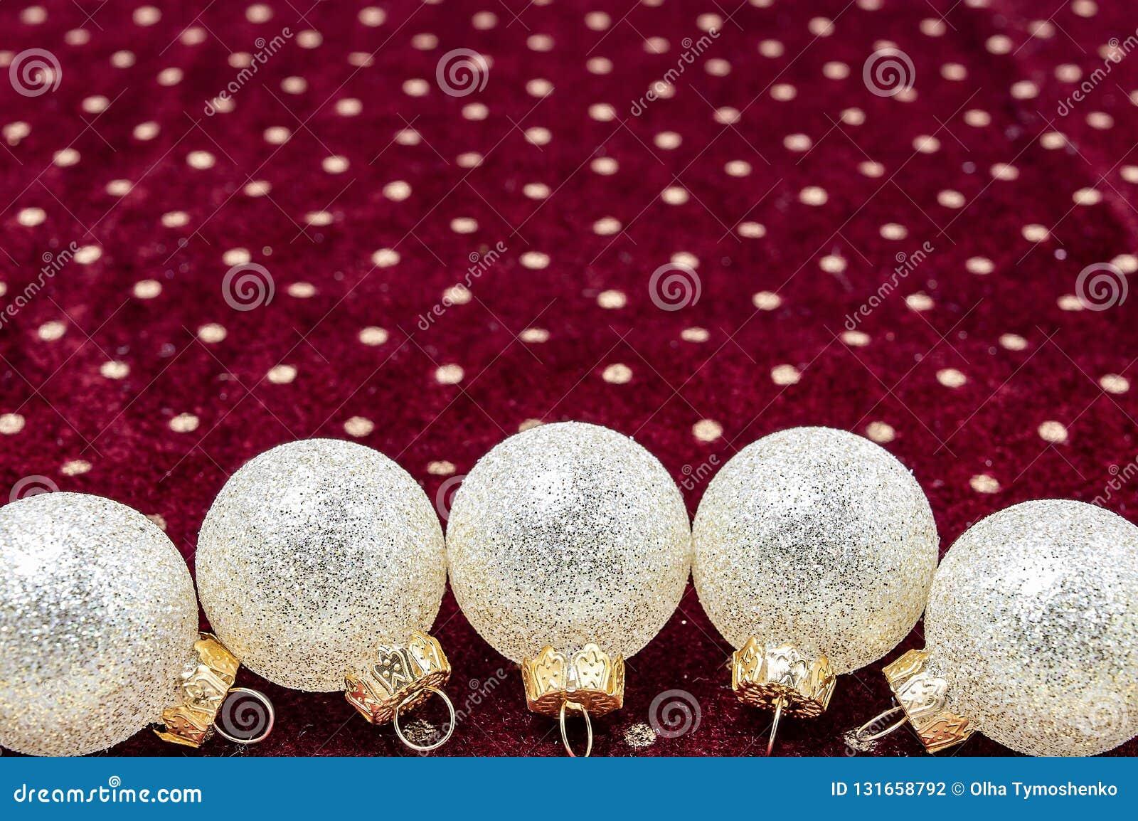 Bolas brilhantes do Natal no ano novo da textura roxa do fundo