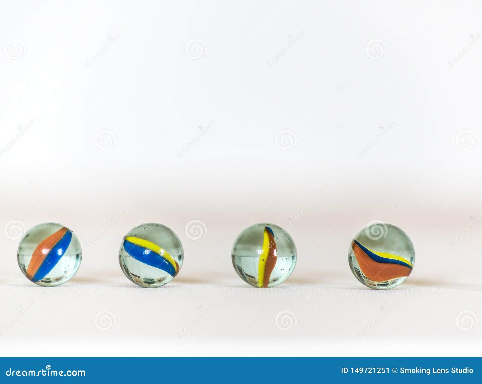 Bolas, coloridas de mármol y en el fondo blanco