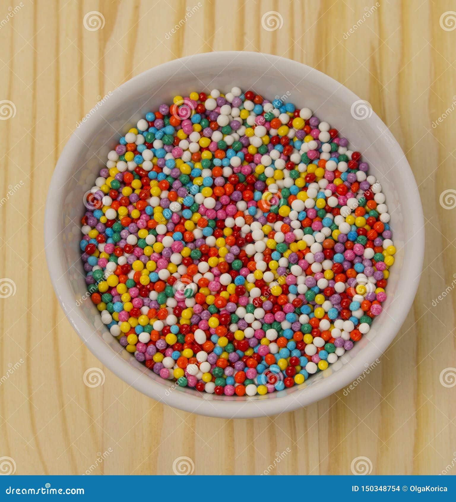 Bolas coloridos da ervilha doce para decorar os produtos culinários que cozem bolos A decoração da sobremesa, colorida polvilha p