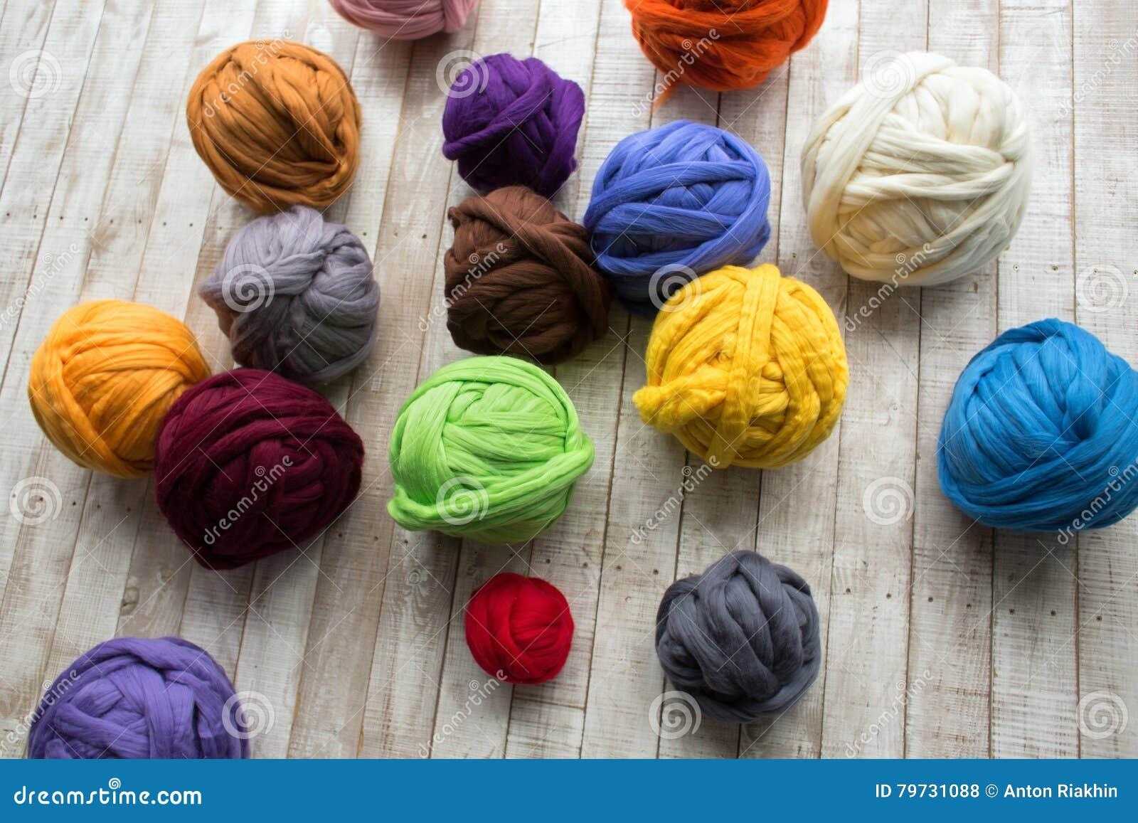 Bolas de la lana merina en la mentira multicolora