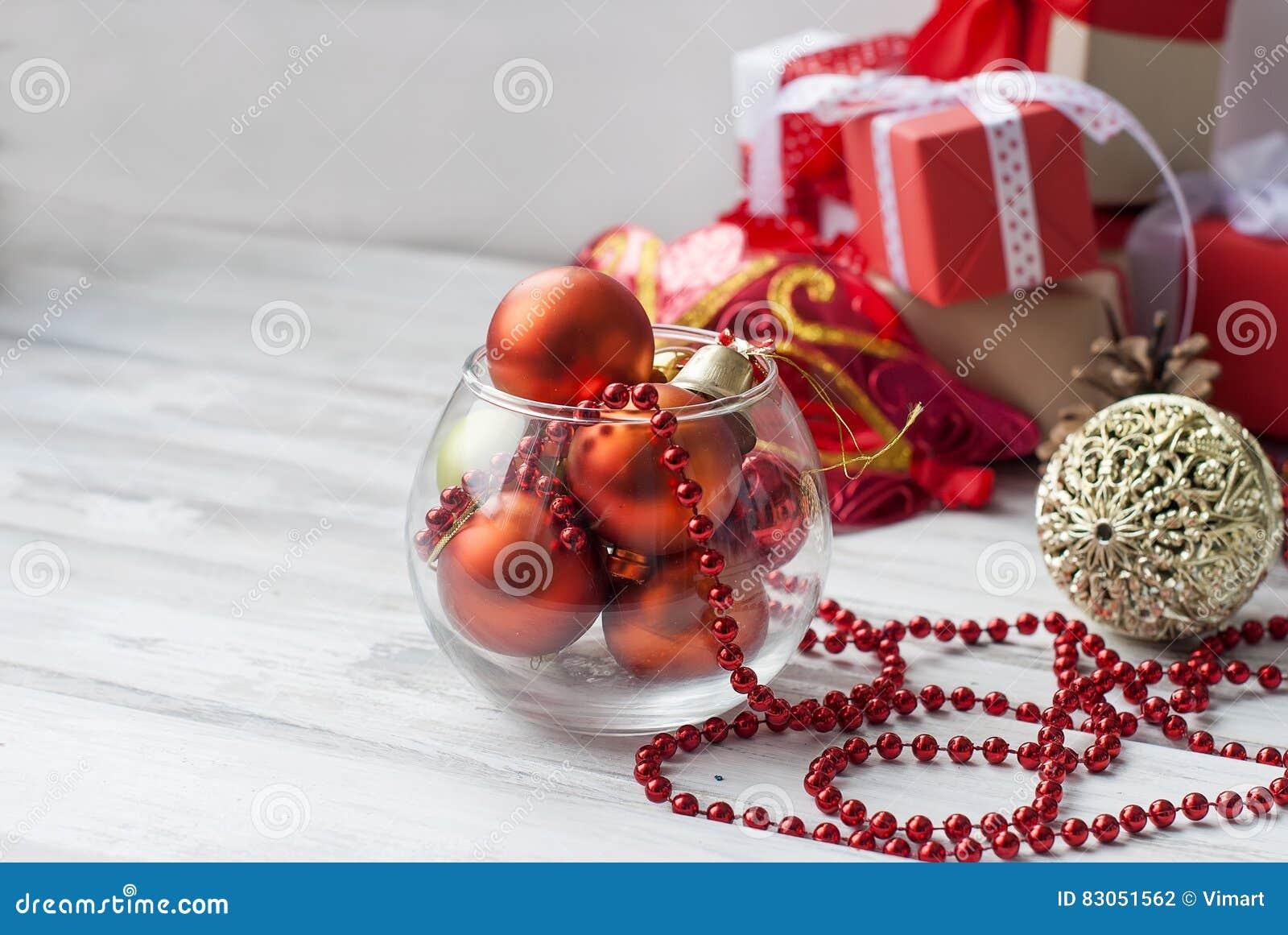Bolas de la navidad gotas conos decoraciones de la navidad foto de archivo imagen 83051562 - Decoracion con bolas de navidad ...