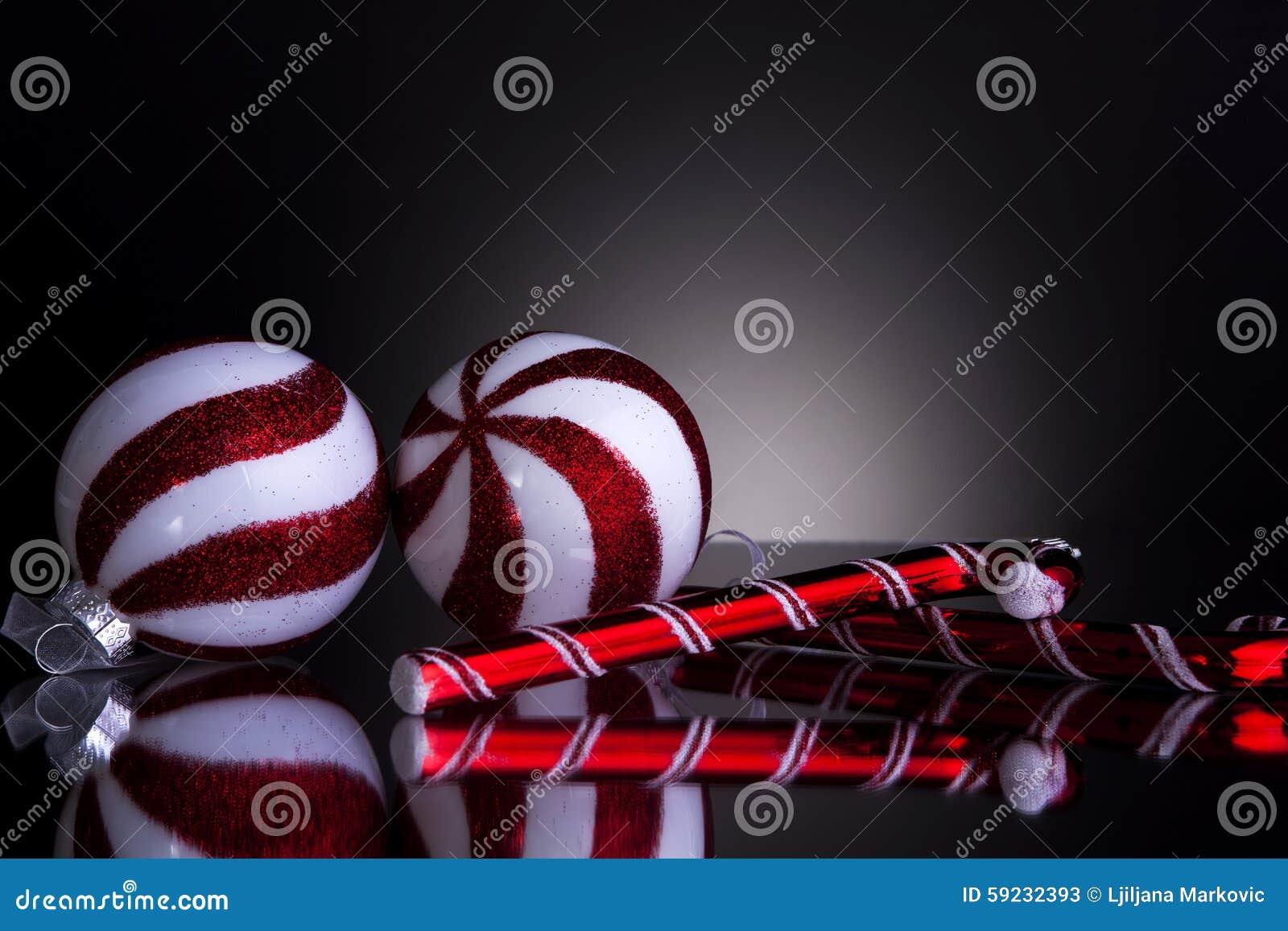 Download Bolas De Las Decoraciones De La Navidad Y Bastón De Caramelo Stock de ilustración - Ilustración de reflexión, celebración: 59232393