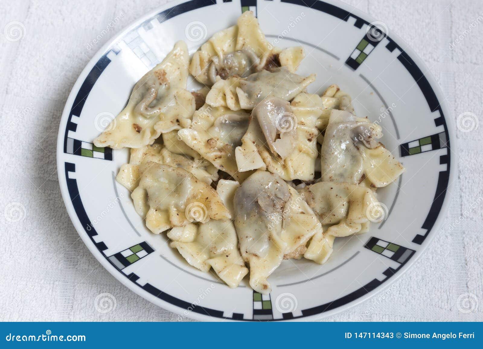 Bolas de masa hervida dulces cocidas al vapor, comida hecha en casa de los raviolis italianos