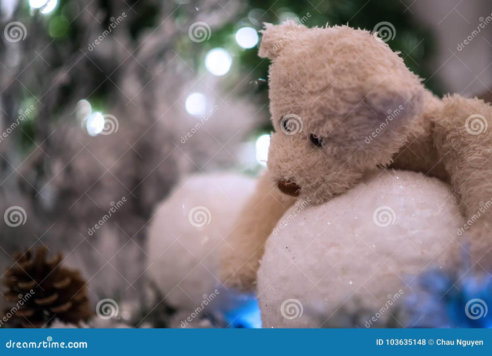 Bolas De Nieve Beige De Los Abrazos De Oso De Peluche Con El árbol