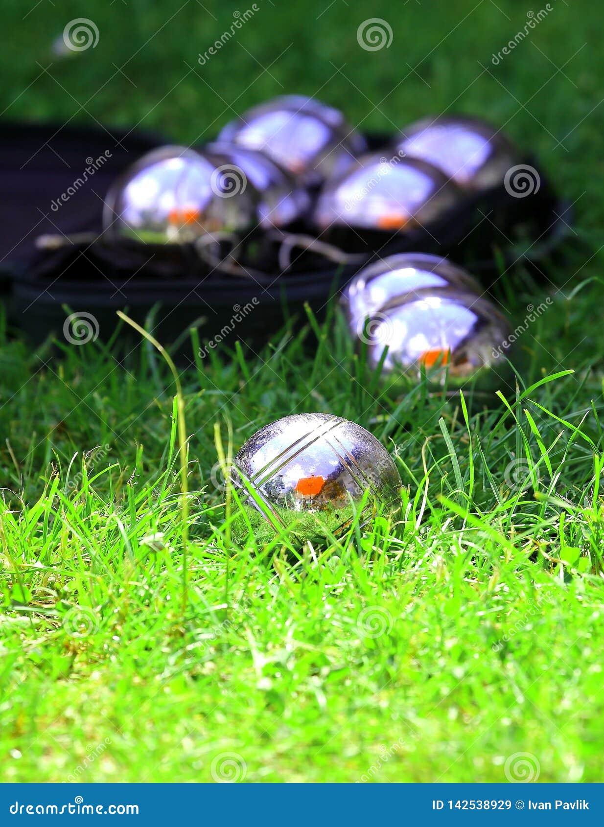 Bolas de Petanque en una hierba verde fresca