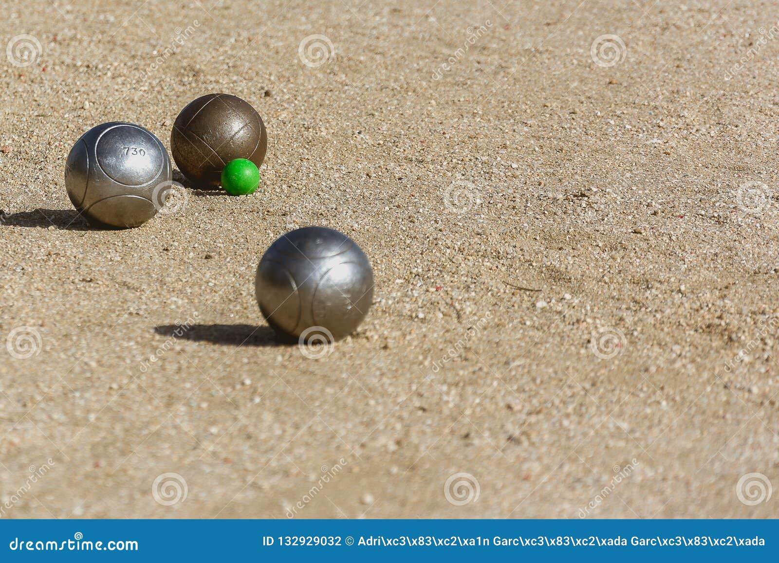 Bolas de Petanque no assoalho da corte do jogo