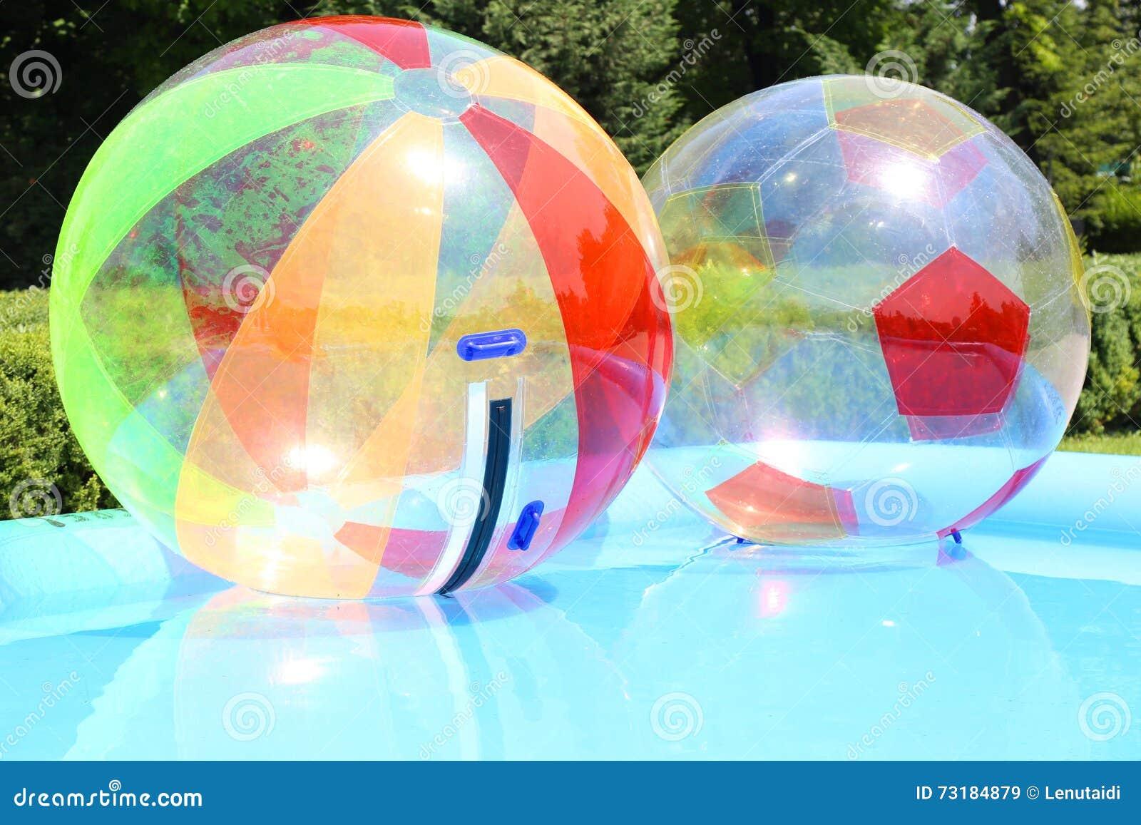 Bolas del agua en piscina foto de archivo imagen 73184879 for Bolas para piscina