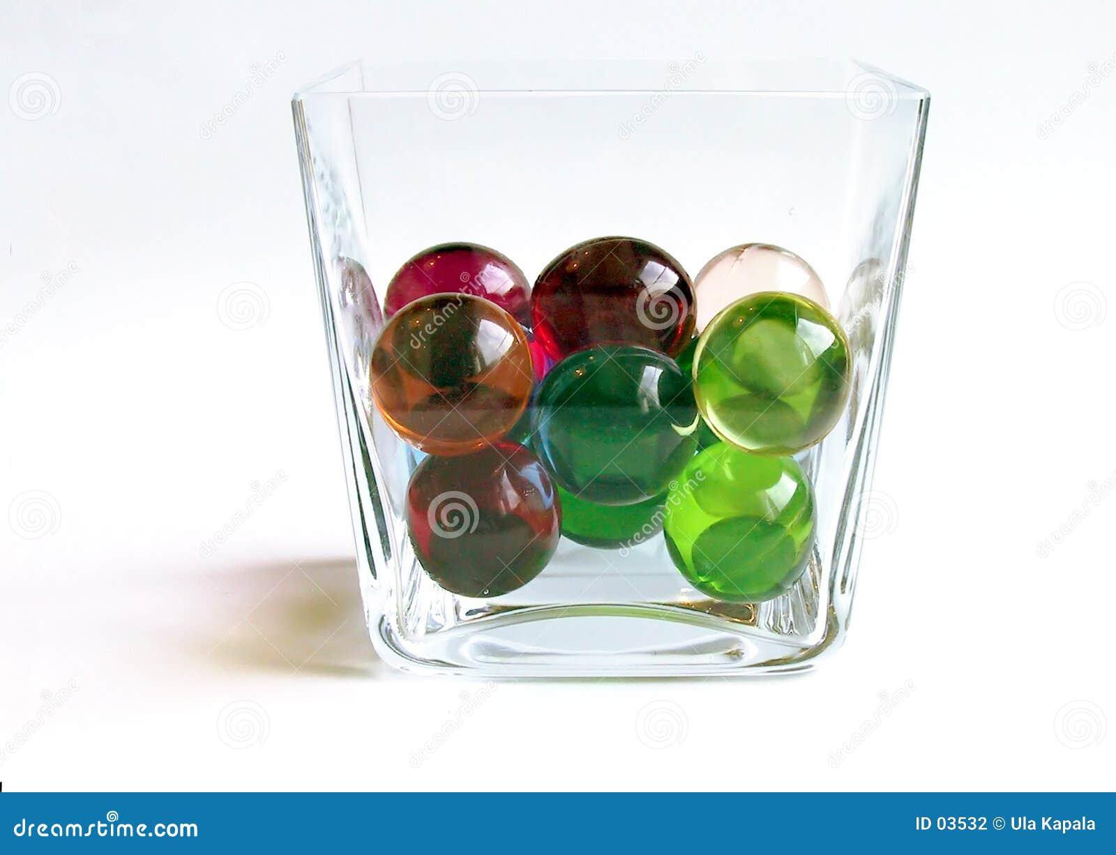 Bolas del baño en un envase