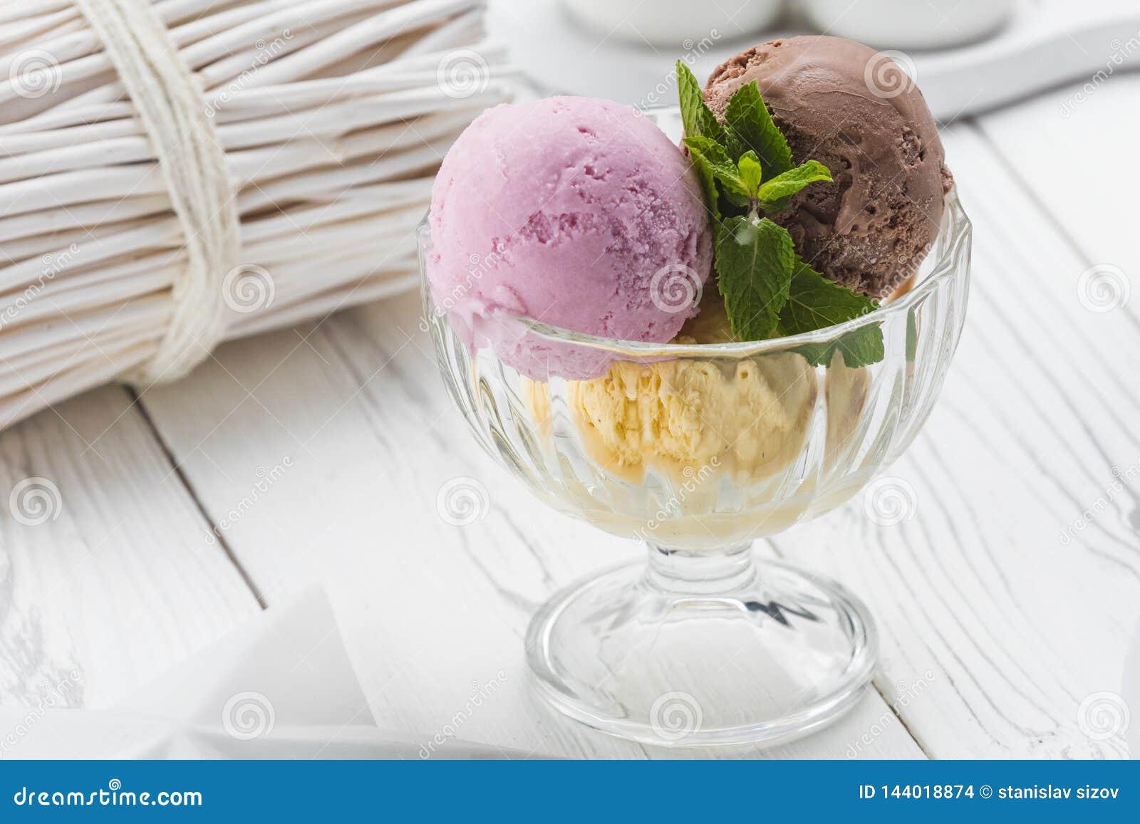 Bolas del helado en un vidrio blanco