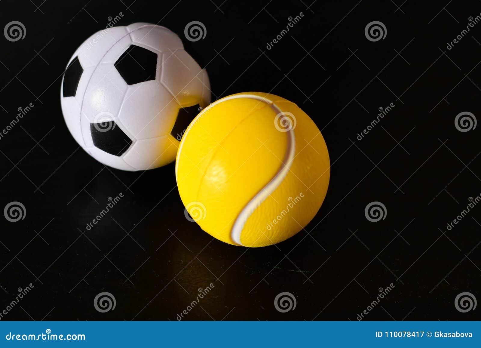 Bolas De Del Tenis Y Fútbol Imagen Veintiuna Archivo K1FJucTl3