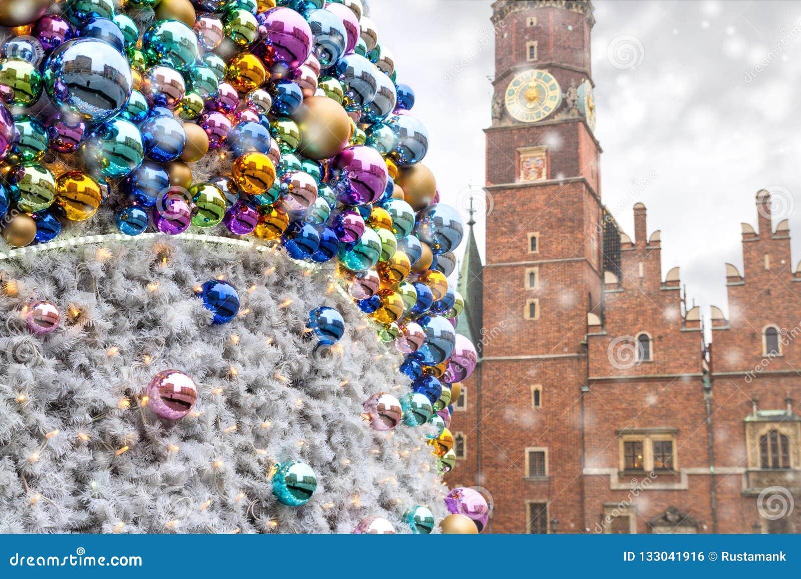 Bolas do Natal com construções velhas refletidas da cidade, no fundo da câmara municipal velha de Wroclaw