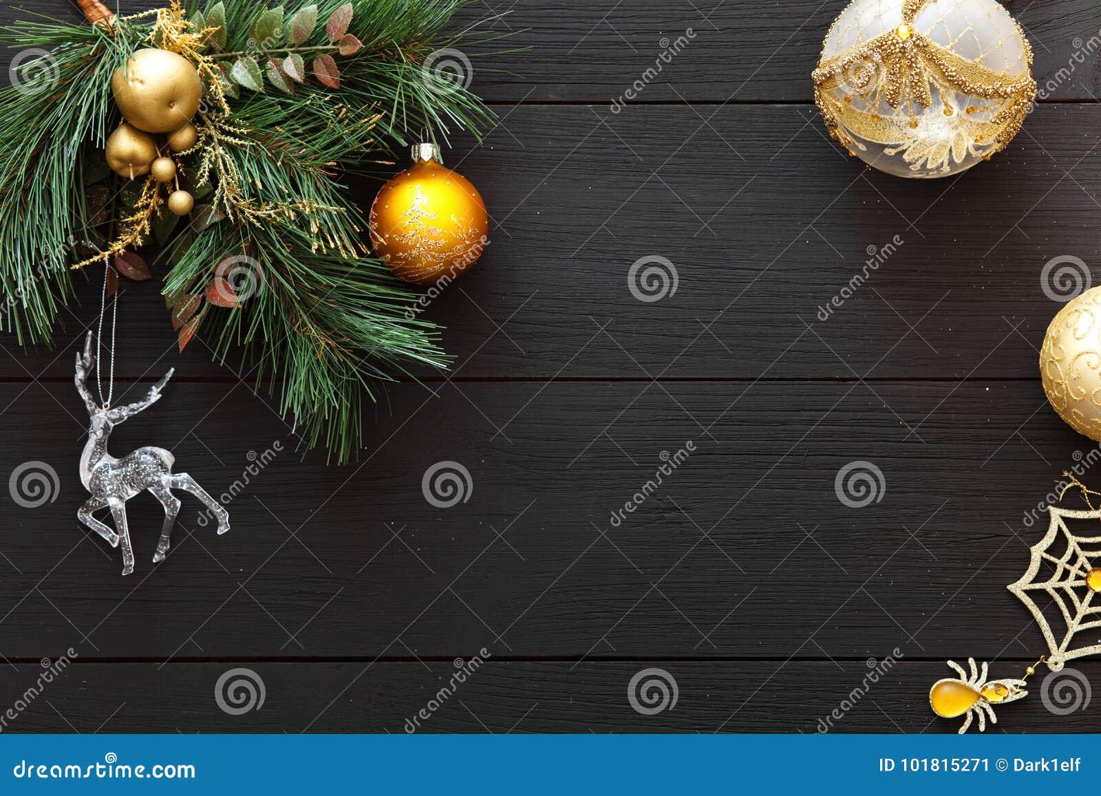 Bolas do Xmas na árvore do Feliz Natal, decoração do cartão do ano novo feliz no fundo de madeira preto, vista superior, espaço d
