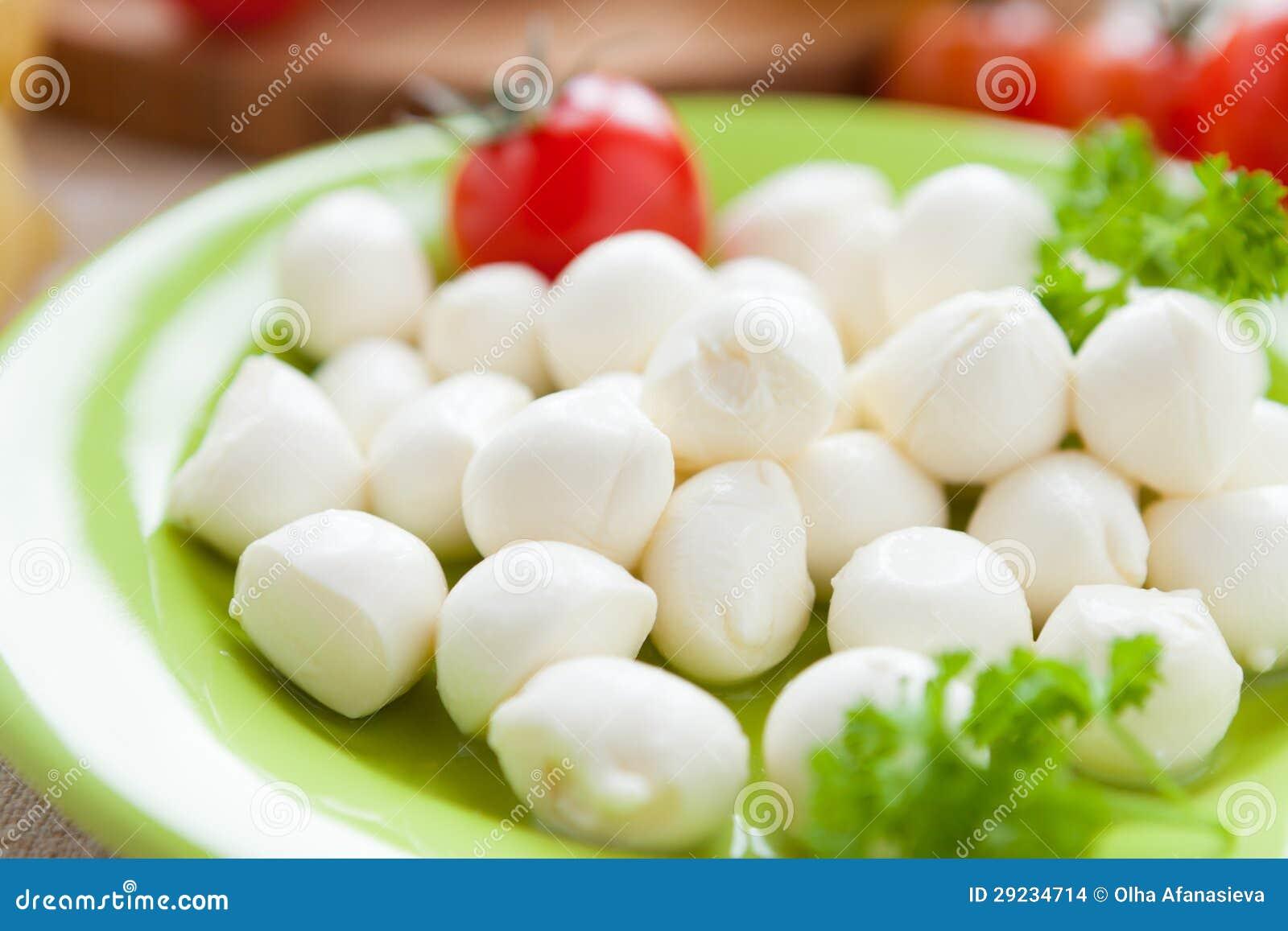 Download Bolas Pequenas Da Mussarela Na Placa Verde Foto de Stock - Imagem de tomates, jantar: 29234714