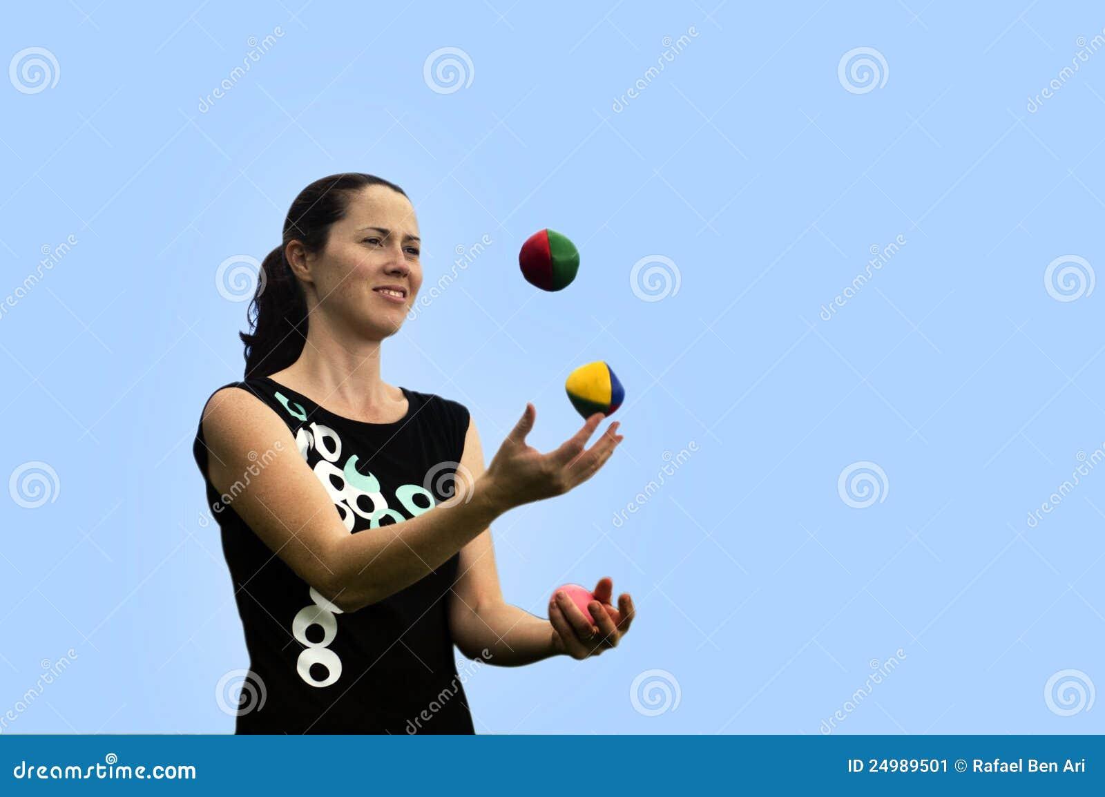 Bolas que hacen juegos malabares de la mujer