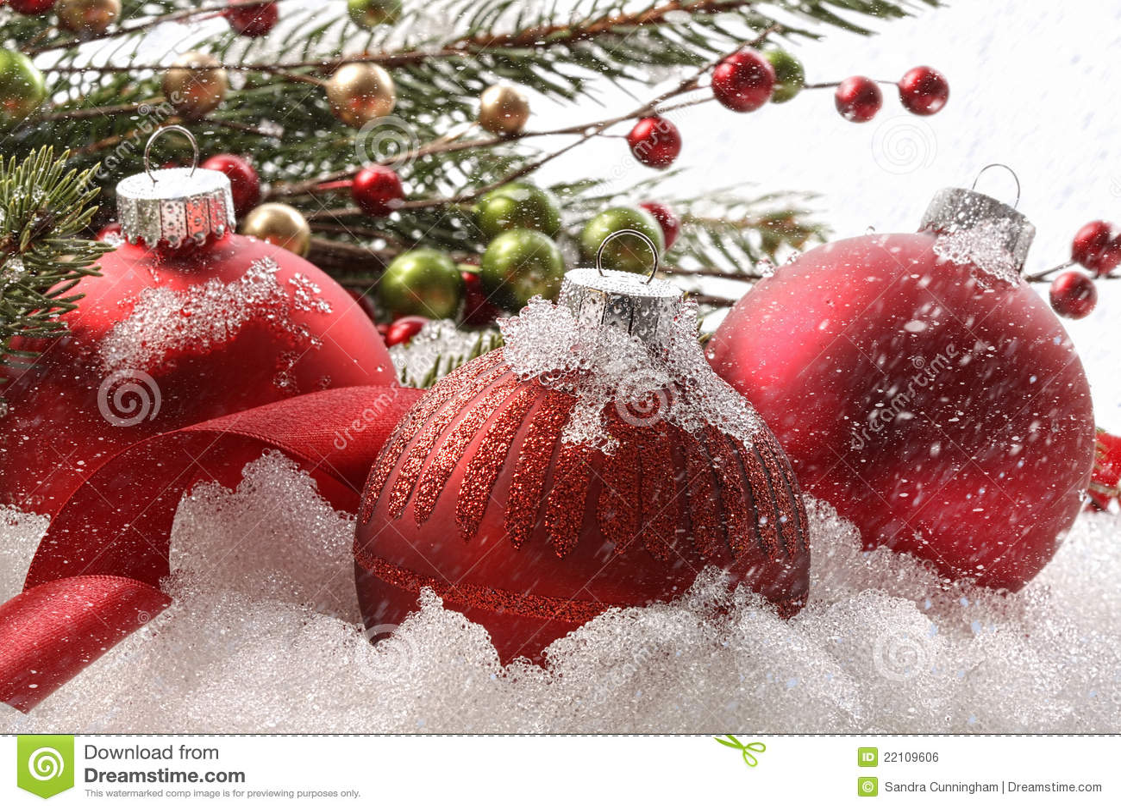 Bolas rojas de la navidad en la nieve for Arbol de navidad con bolas rojas