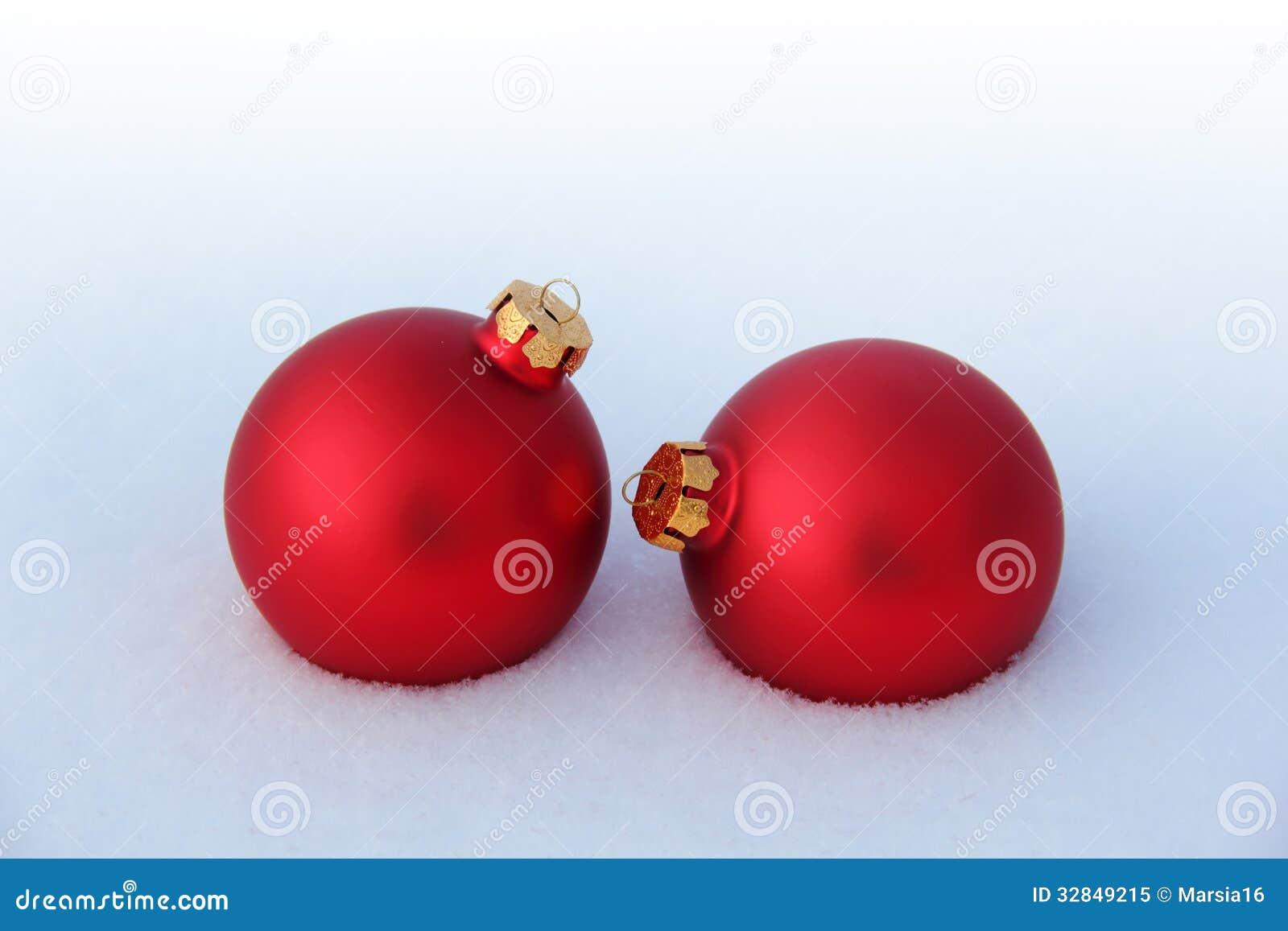 Bolas rojas de la navidad en la nieve foto de archivo - Bolas de navidad rojas ...