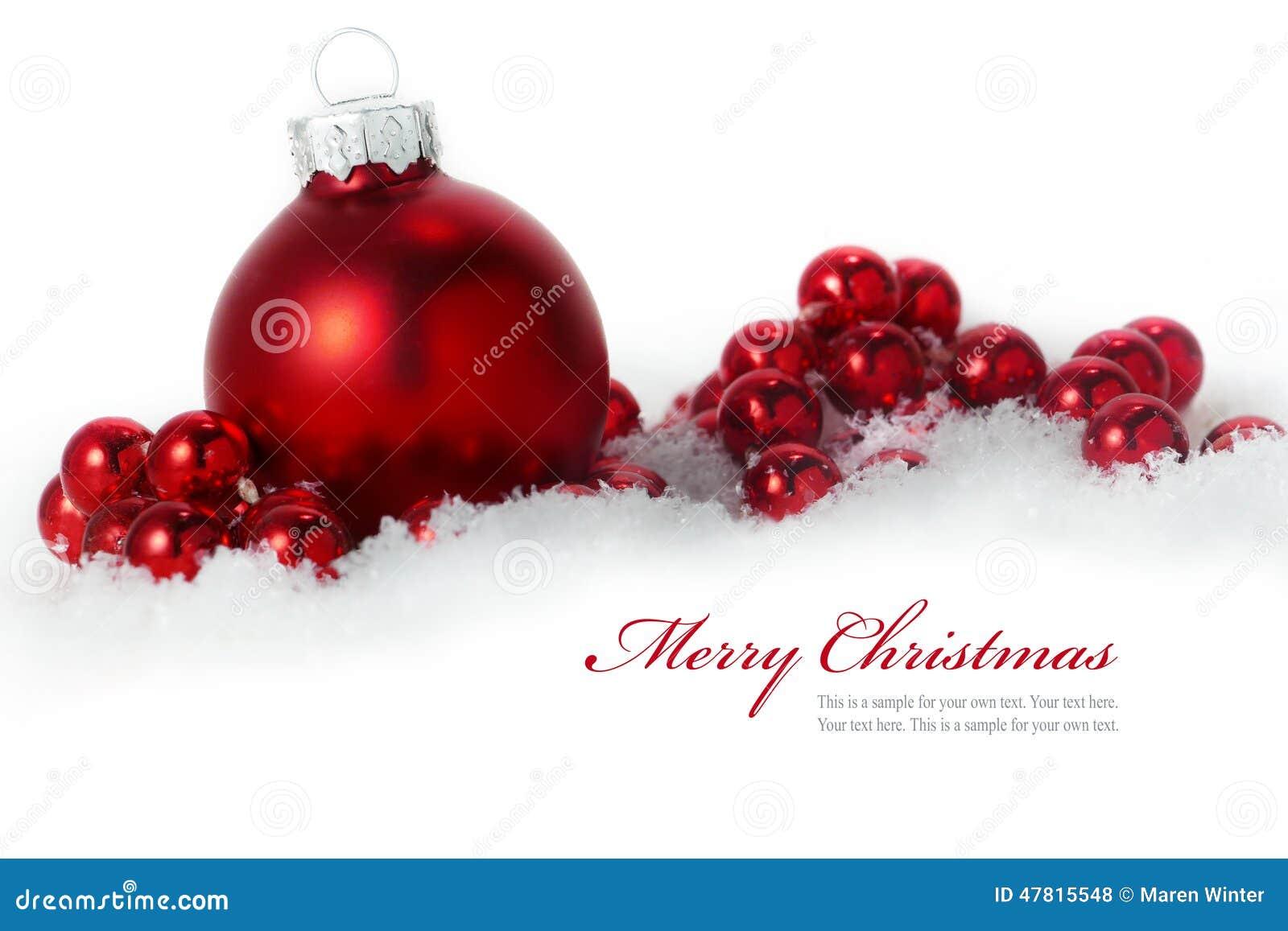 Bolas rojas de la navidad en la nieve aislada en el fondo - Bolas de navidad rojas ...