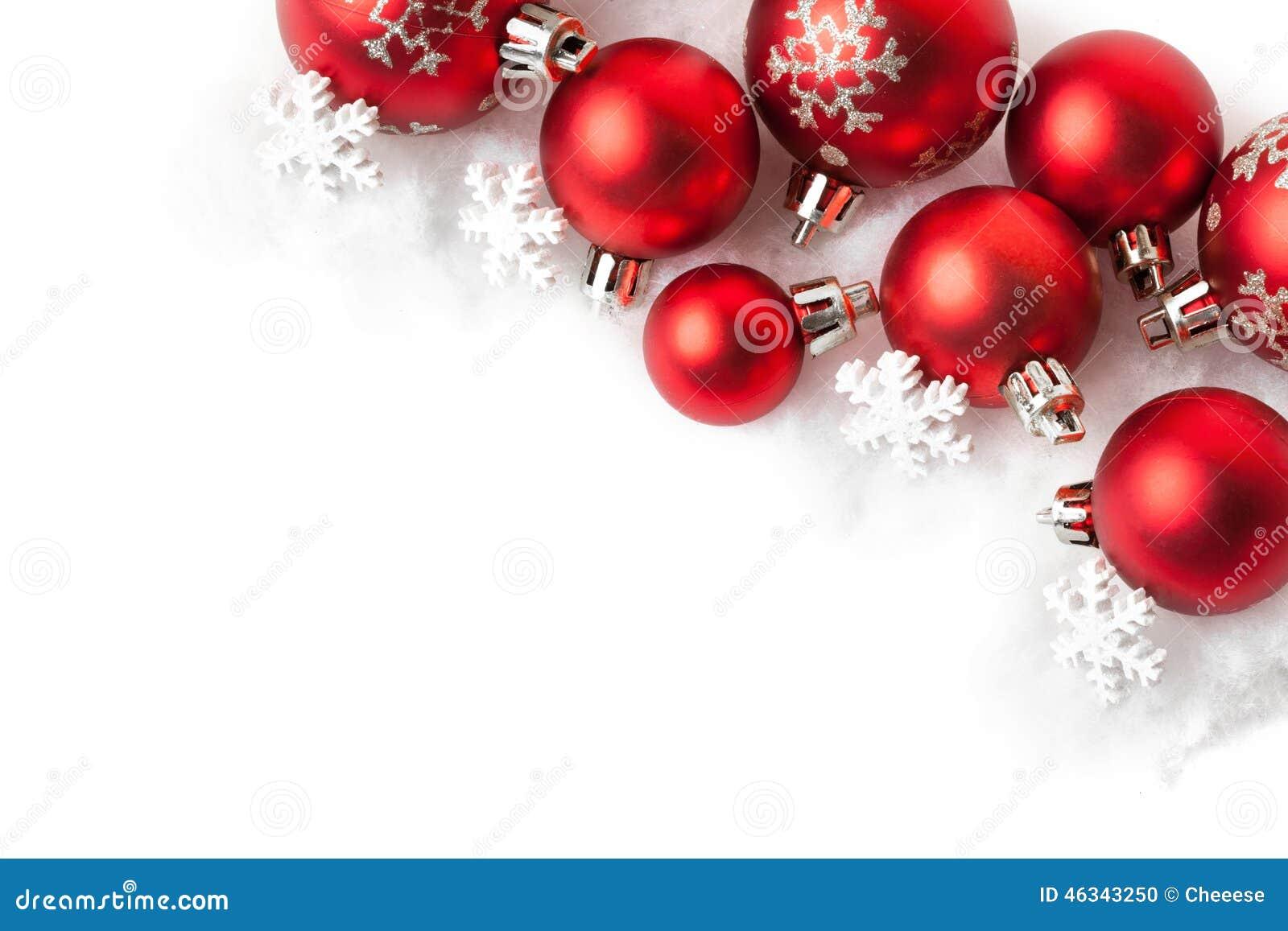 Bolas rojas de la navidad en la nieve en blanco foto de - Bolas de navidad rojas ...