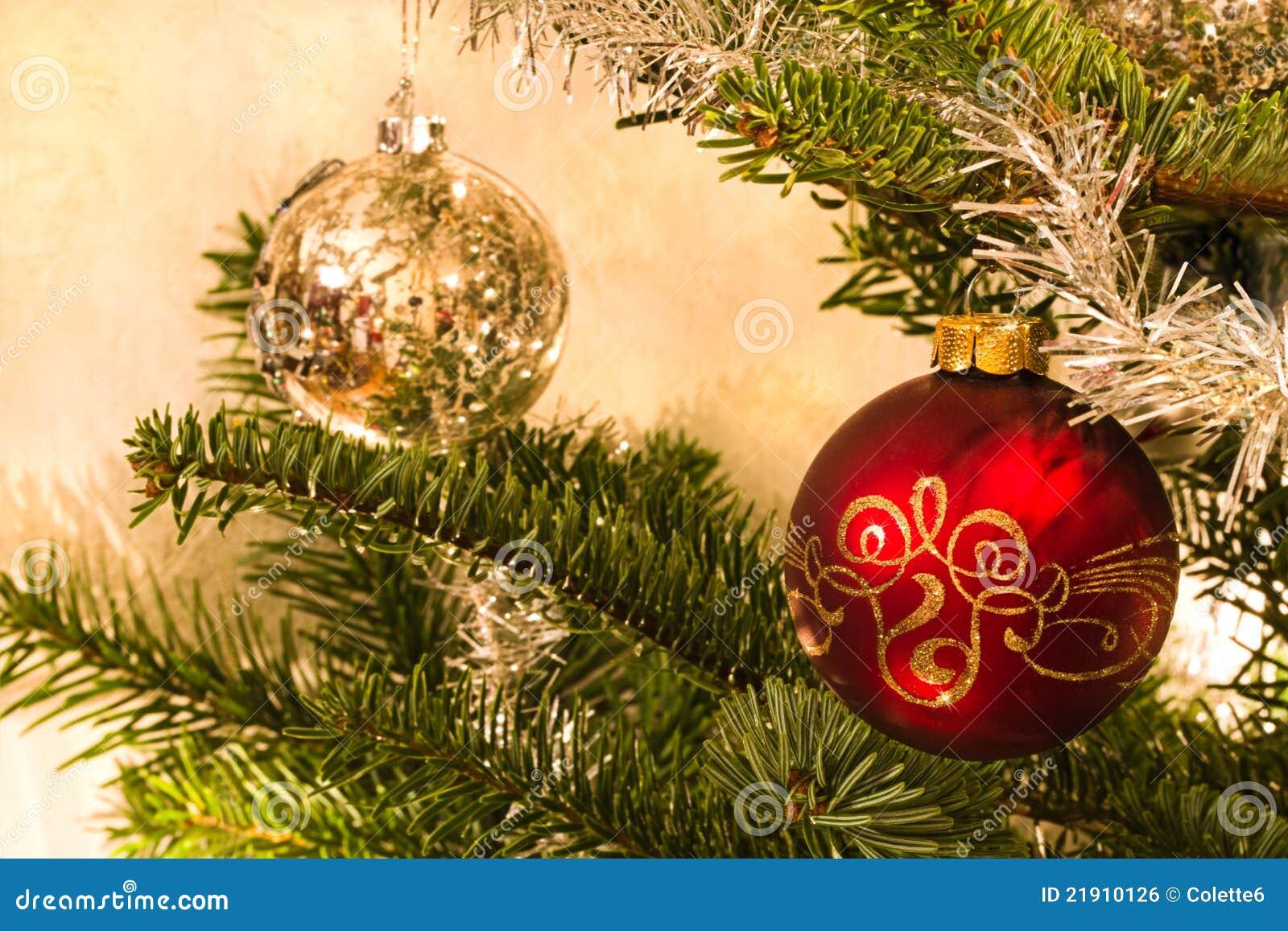 Bolas rojas y de plata en rbol de navidad imagen de for Arbol de navidad con bolas rojas