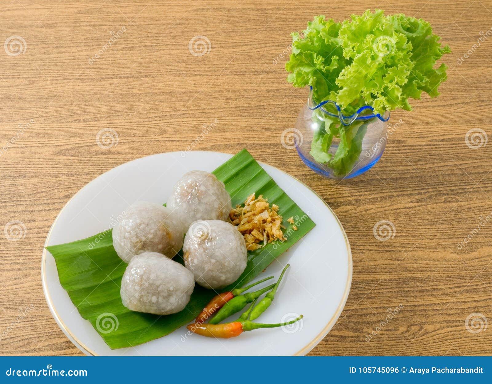 Bolas tailandesas das tapiocas servidas com folhas da alface