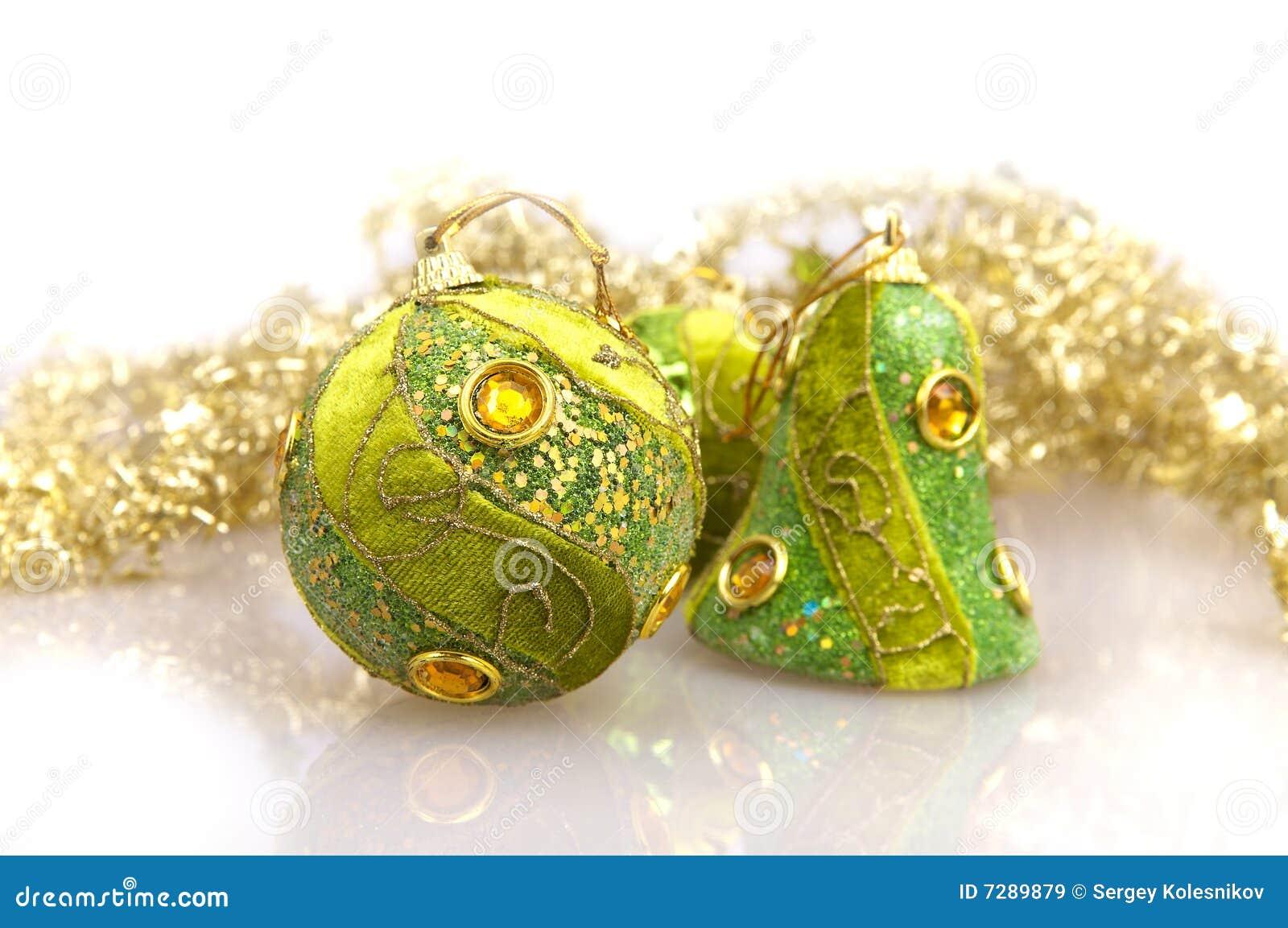 Bolas y arqueamiento verdes de la Navidad