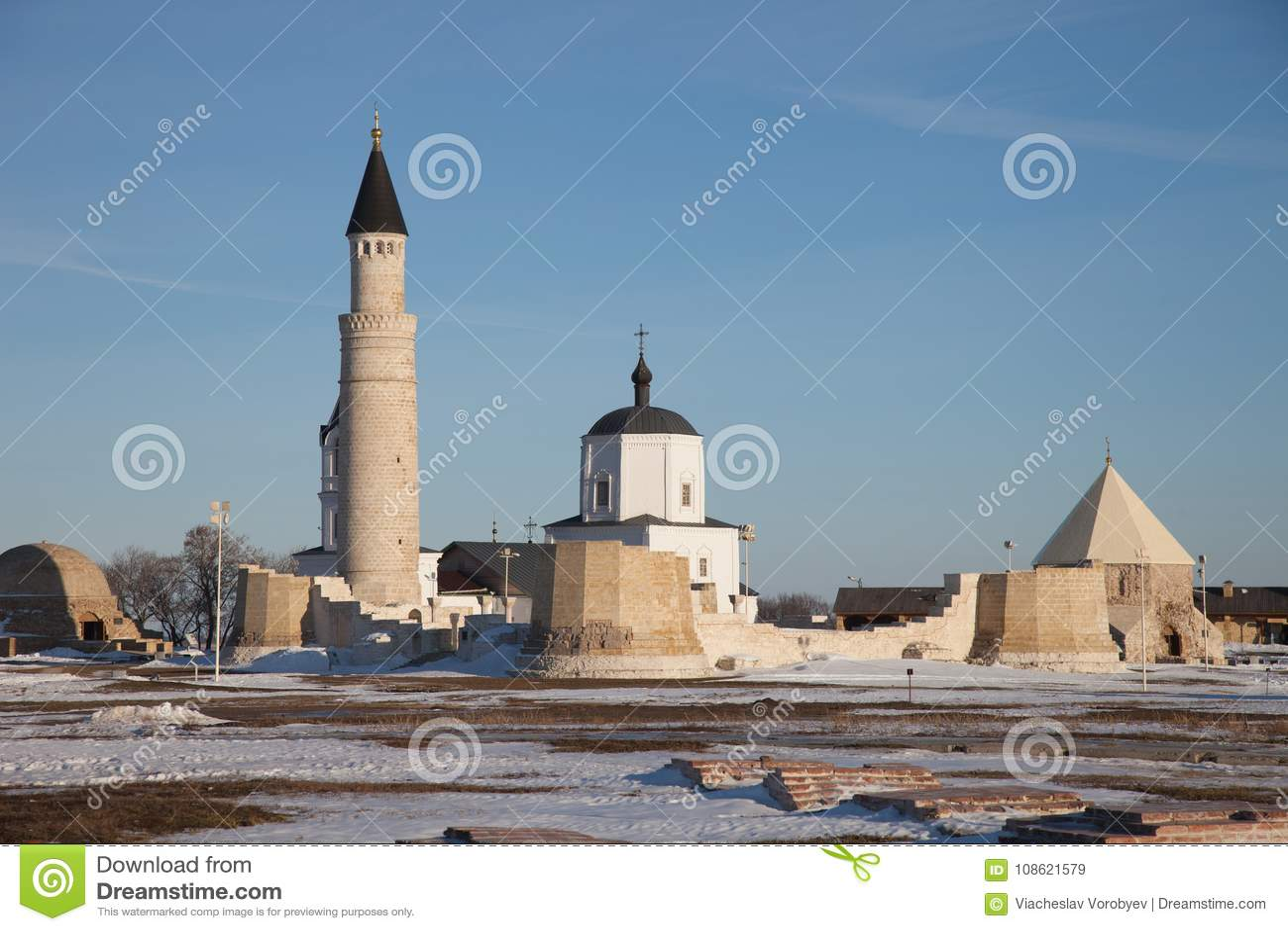 Bolgar, Tartaristán Cristianismo e Islam junto Complejo del alminar e iglesia grandes de Assumtion en ruinas
