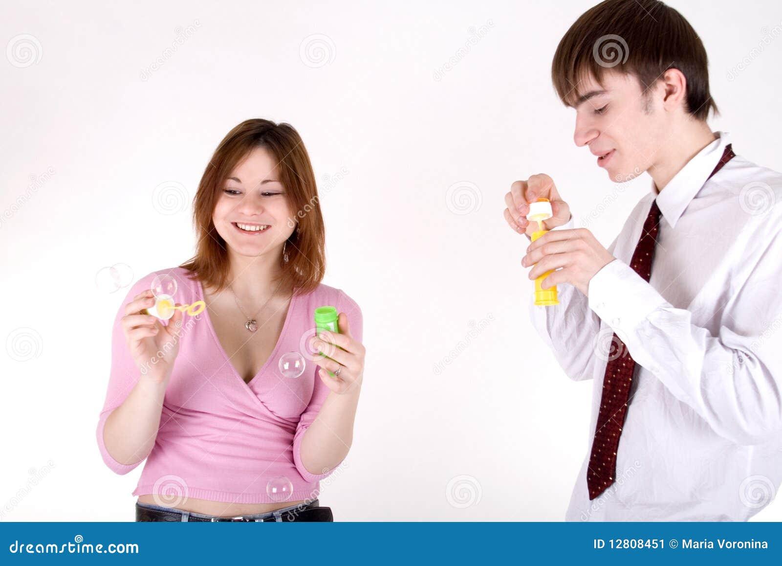 Bolhas de sabão de sopro do noivo e da amiga