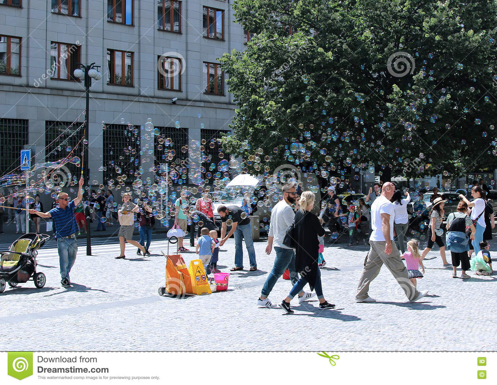 Bolhas de sabão do feriado na rua em Praga