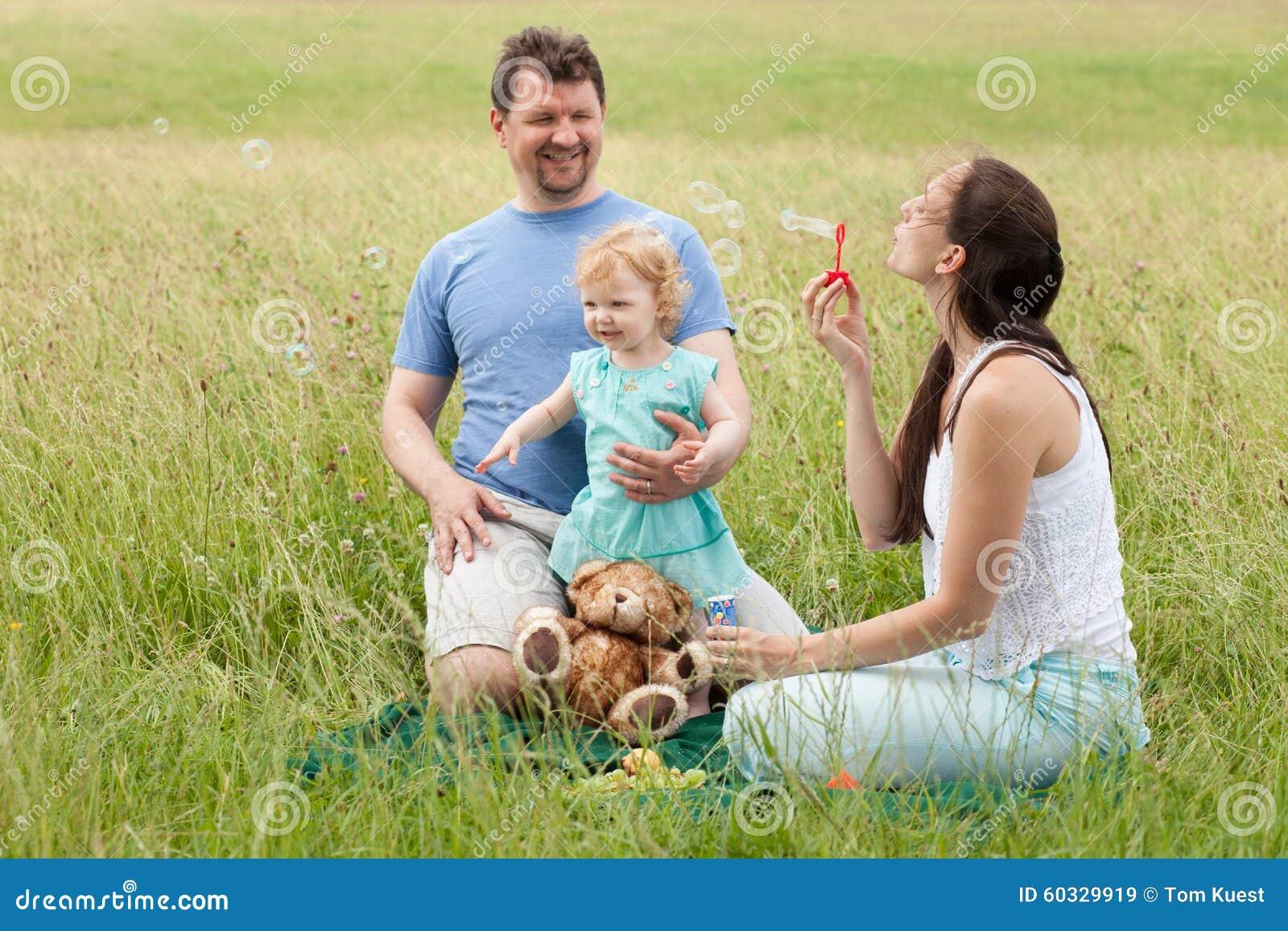 Bolhas de sopro da mãe e do pai e da filha fora no summe
