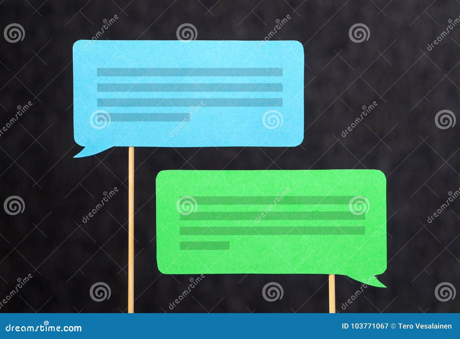 2 bolhas do bate-papo e balões de discurso que têm a discussão