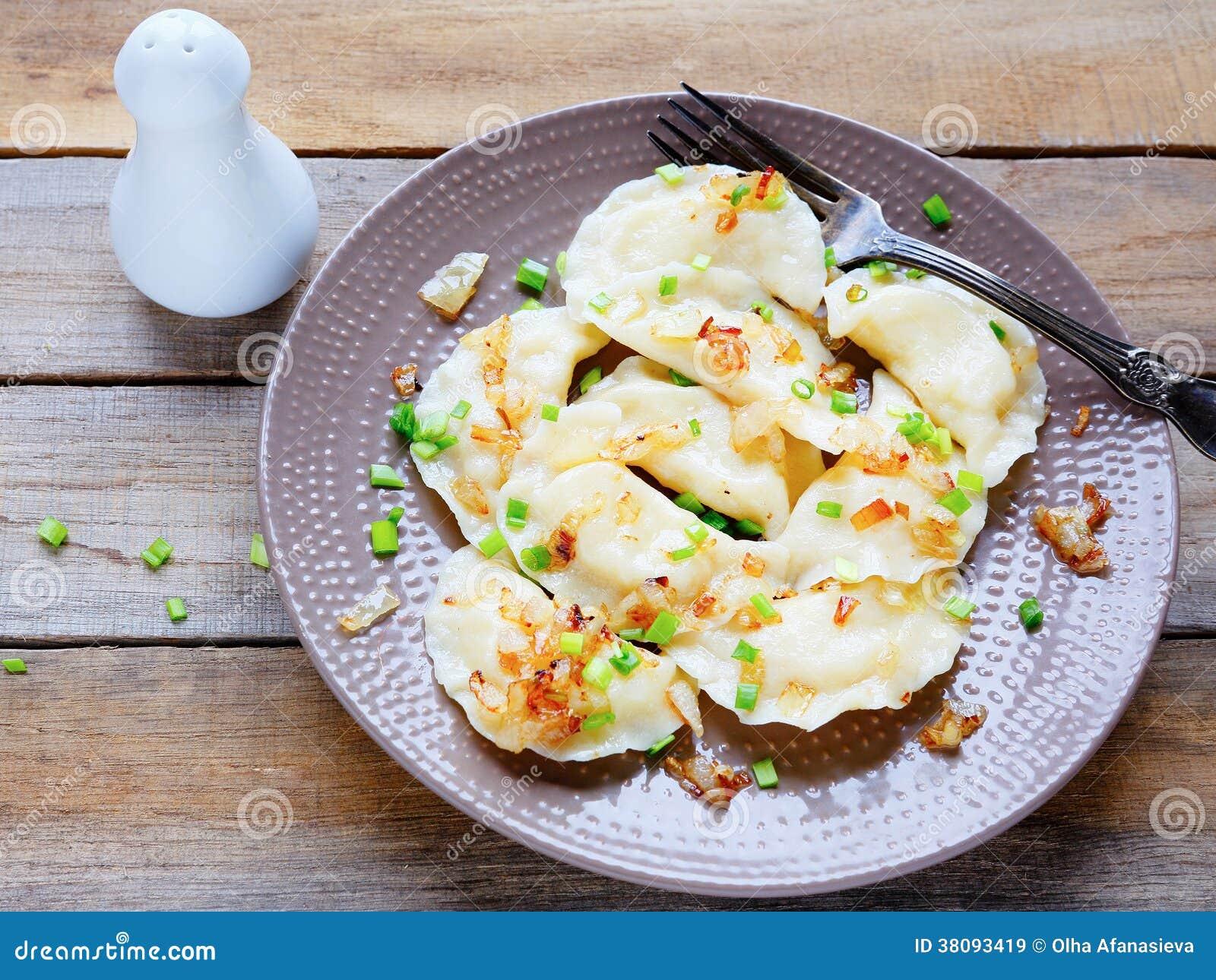 Bolinhas de massa com anéis da batata e de cebola