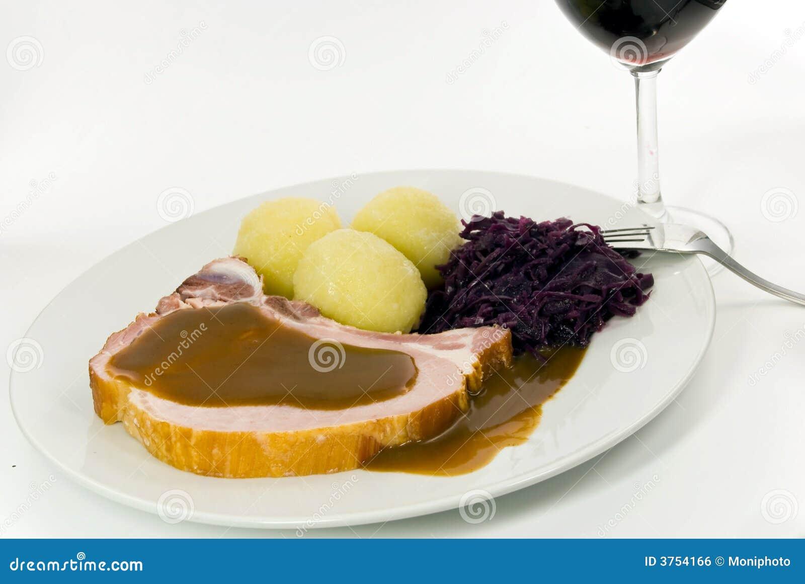 Bolinho de massa com costeleta de carne de porco e repolho vermelho