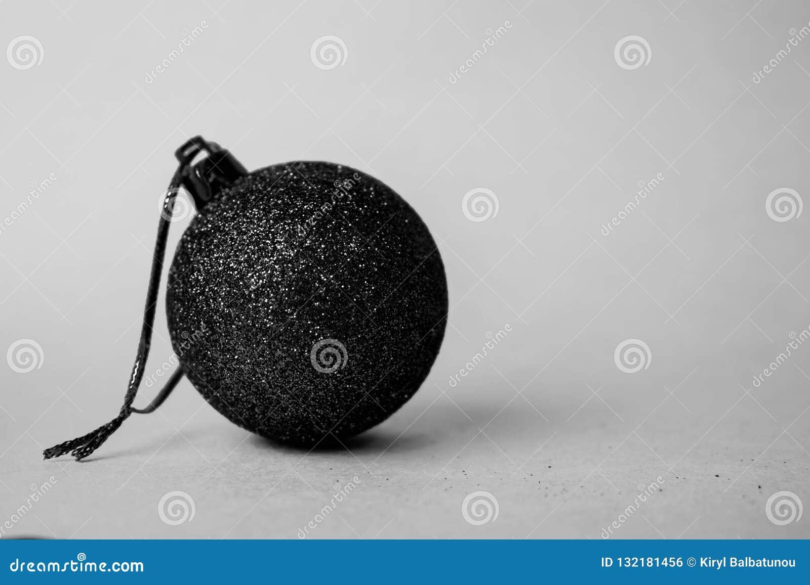 Boll för jul för xmas för liten rund vinter för exponeringsglas plast- elegant dekorativ härlig festlig, svart vit bakgrund för j