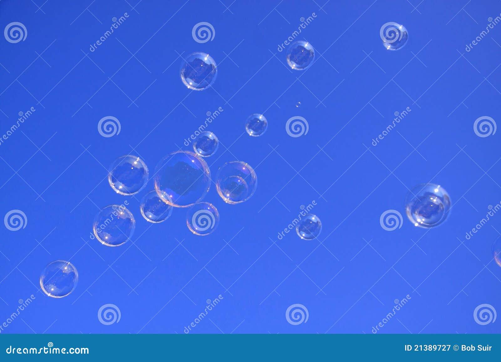 Bolle di sapone nel cielo blu