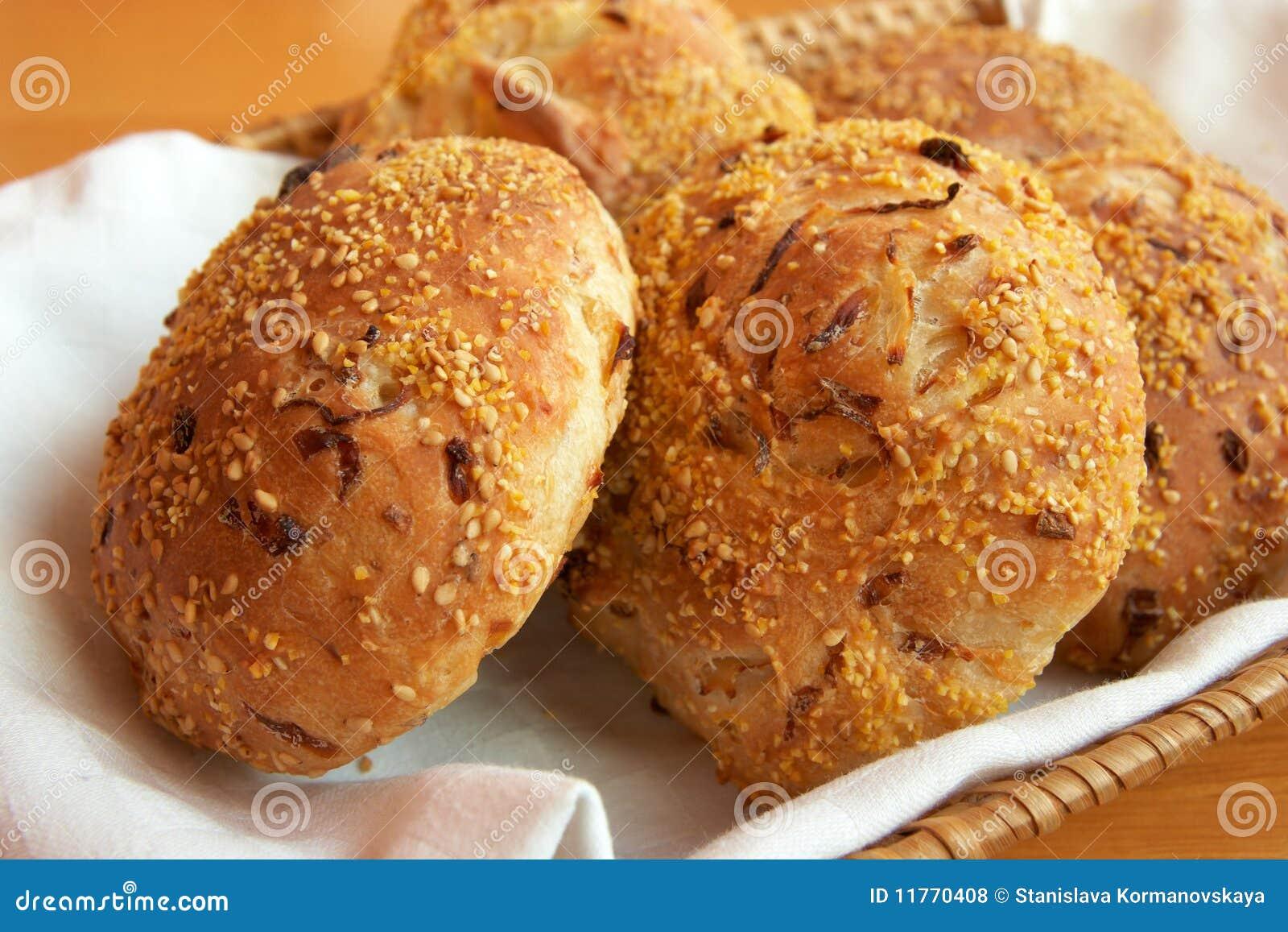 Bollos del pan en una servilleta blanca