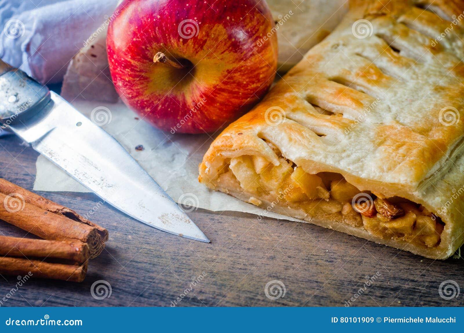 Bolo caseiro do strudel com maçãs e canela