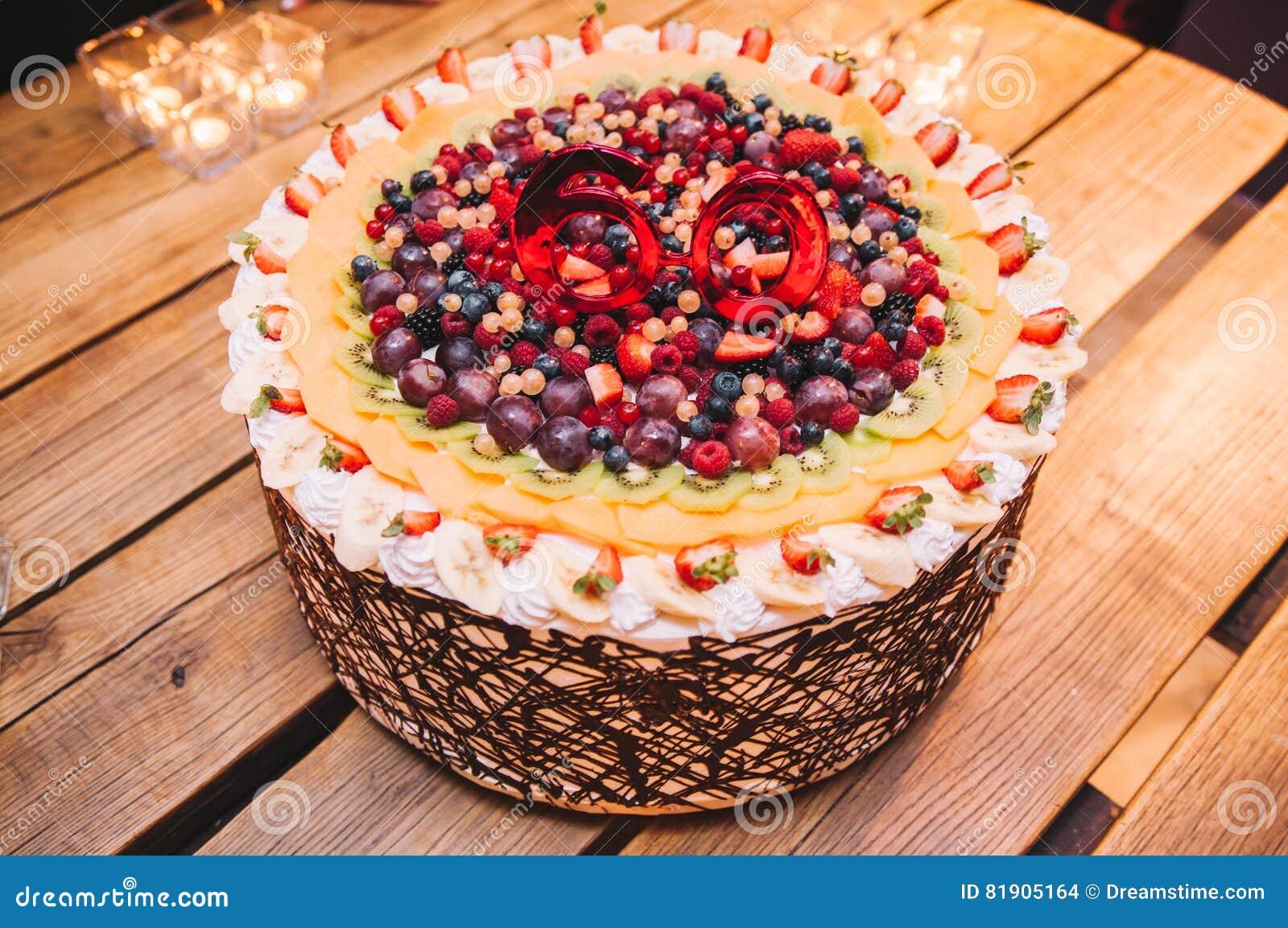 Bolo colorido e delicioso saboroso do fruto para uma 60th festa de anos